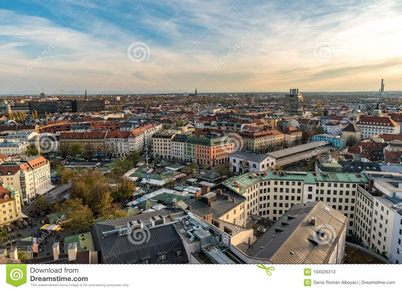 Paisaje urbano de Munich con objeto de las montañas