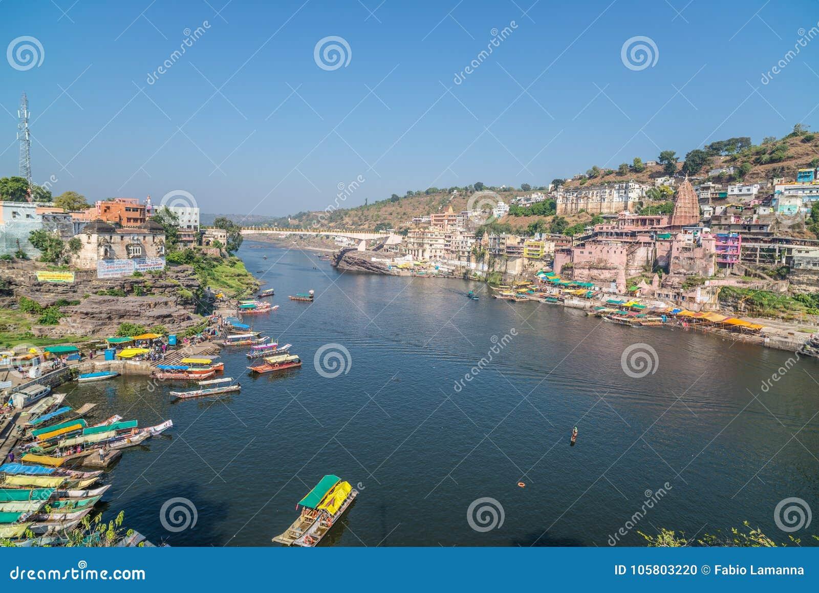 Paisaje urbano de Omkareshwar, la India, templo hindú sagrado Río santo de Narmada, flotación de los barcos Destino del viaje par