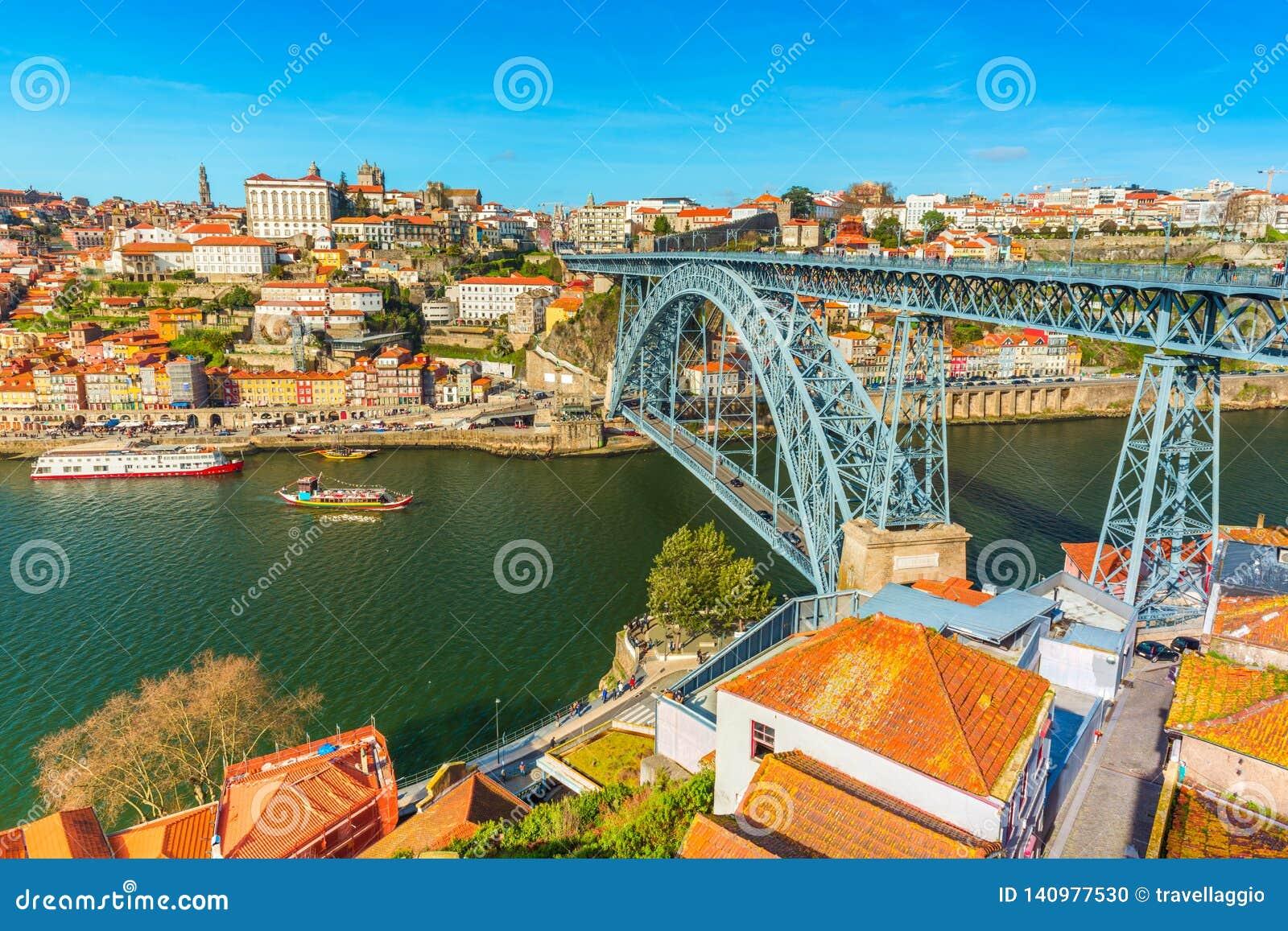 Paisaje urbano de Oporto Vista de los Dom LuÃs I de Ponte del puente de Dom Luis I y del río el Duero Visión desde Vila Nova de G