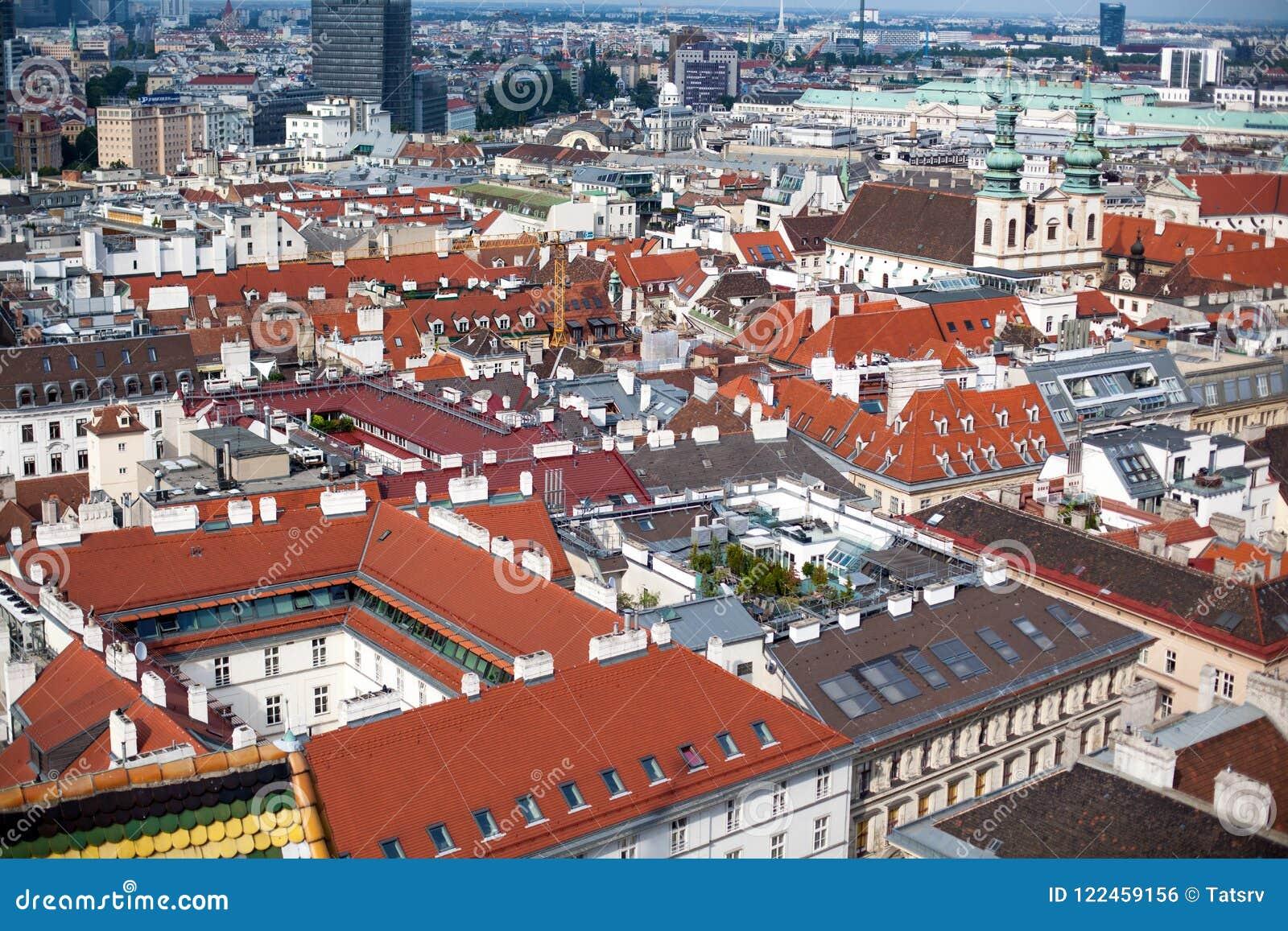 Paisaje urbano en Austria, visión del capital de Viena desde arriba sobre centro de ciudad histórico