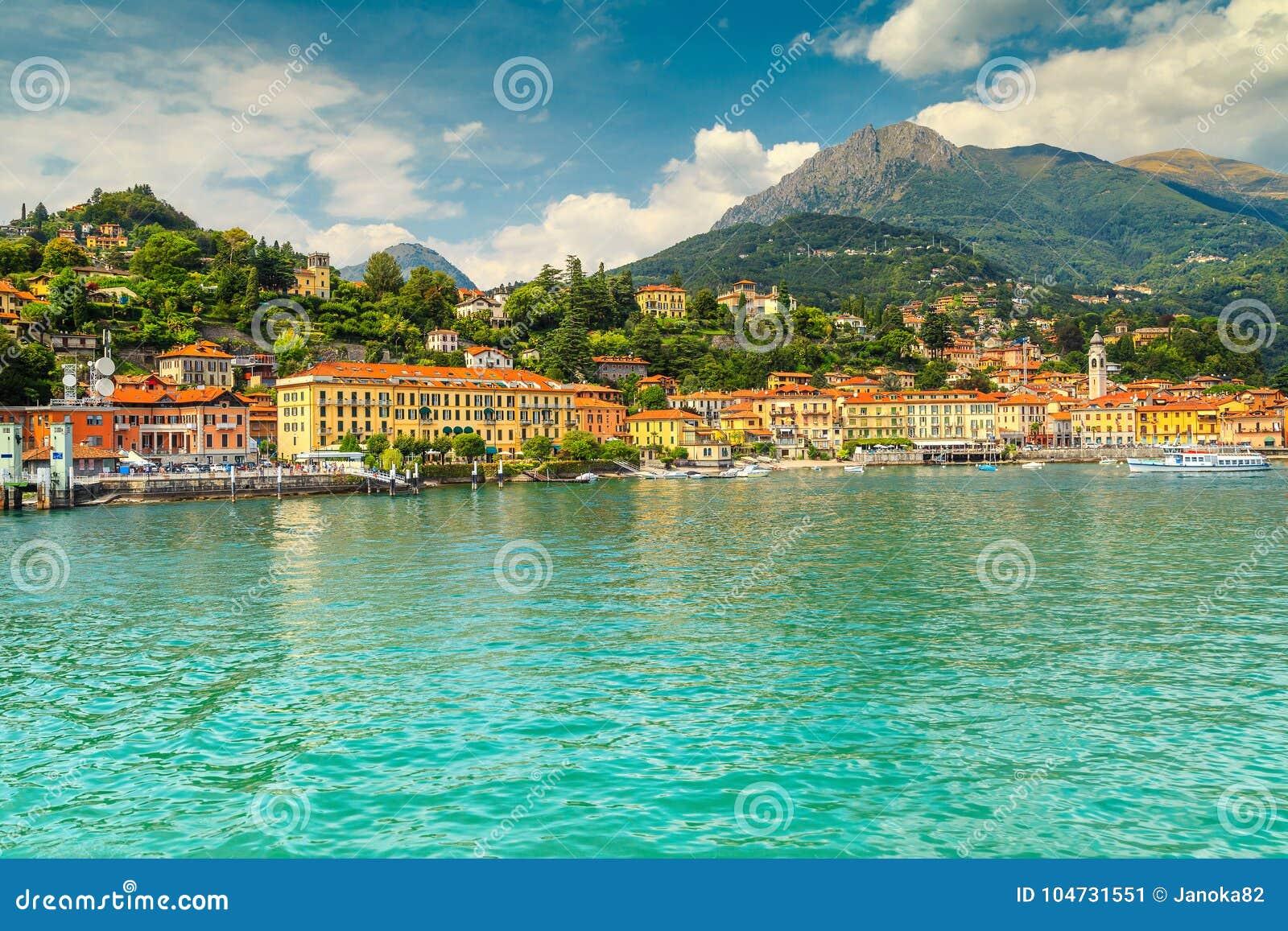 Paisaje urbano famoso y montañas de Menaggio en el fondo, lago Como, Italia