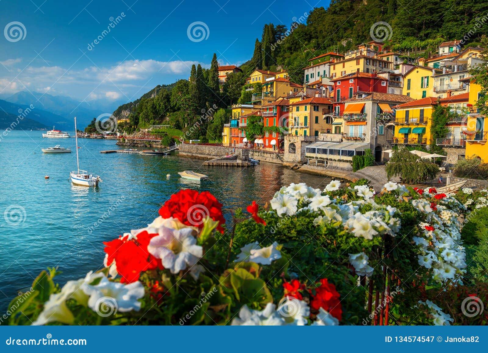 Paisaje urbano magnífico y puerto con los barcos, Varenna, lago Como, Italia
