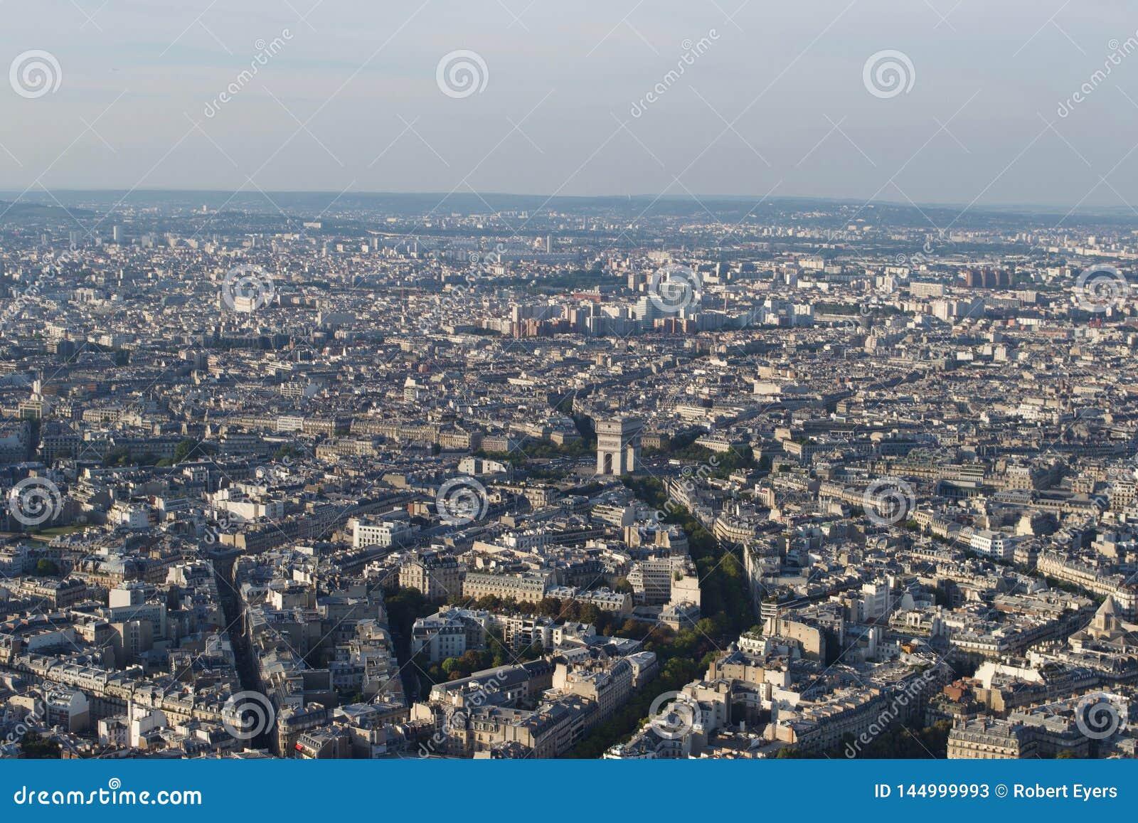 Paisaje urbano - París Francia vista desde arriba en un día soleado Arc de Triomphe visible