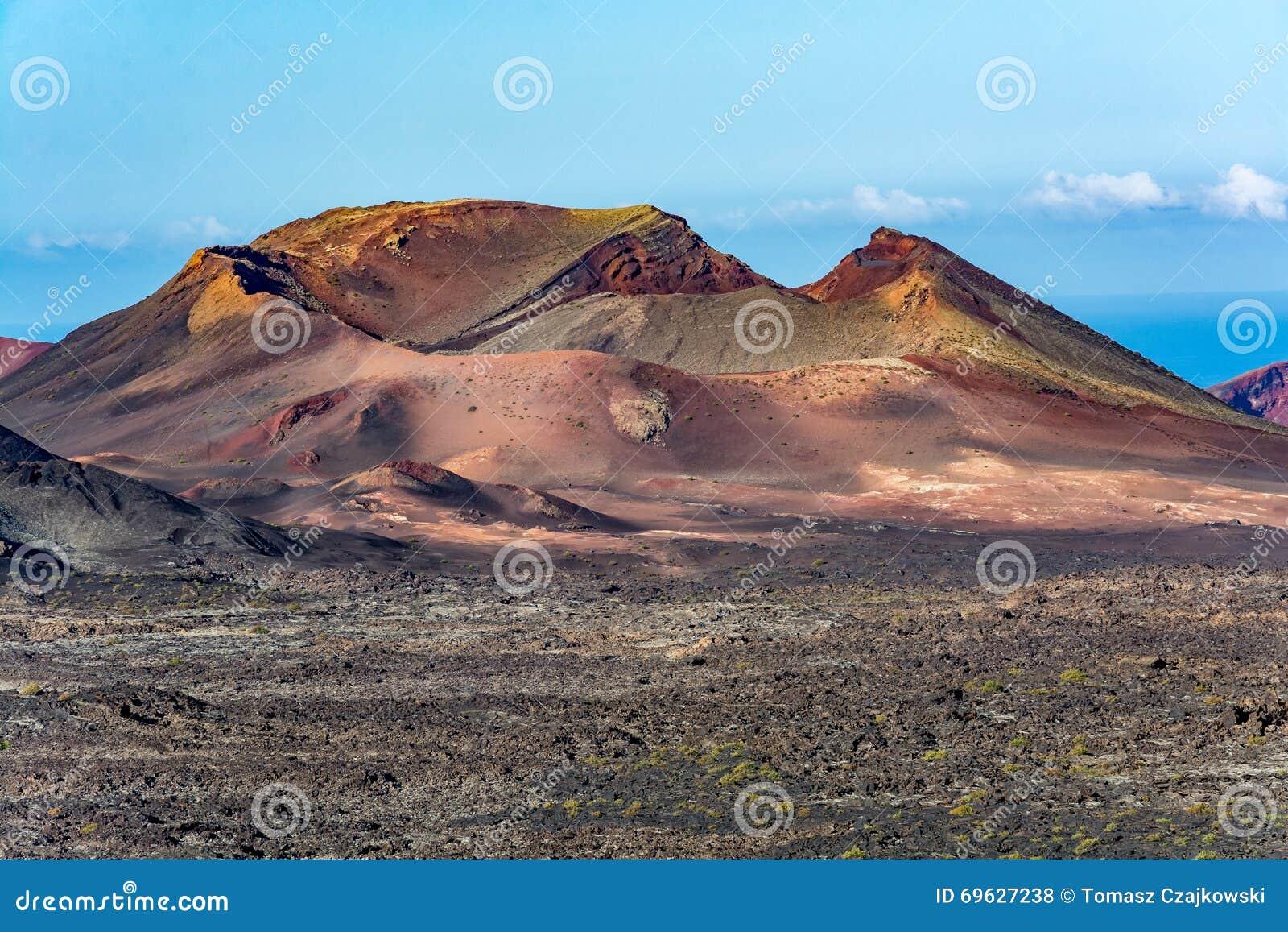 Paisaje volcánico asombroso de la isla de Lanzarote, parque nacional de Timanfaya