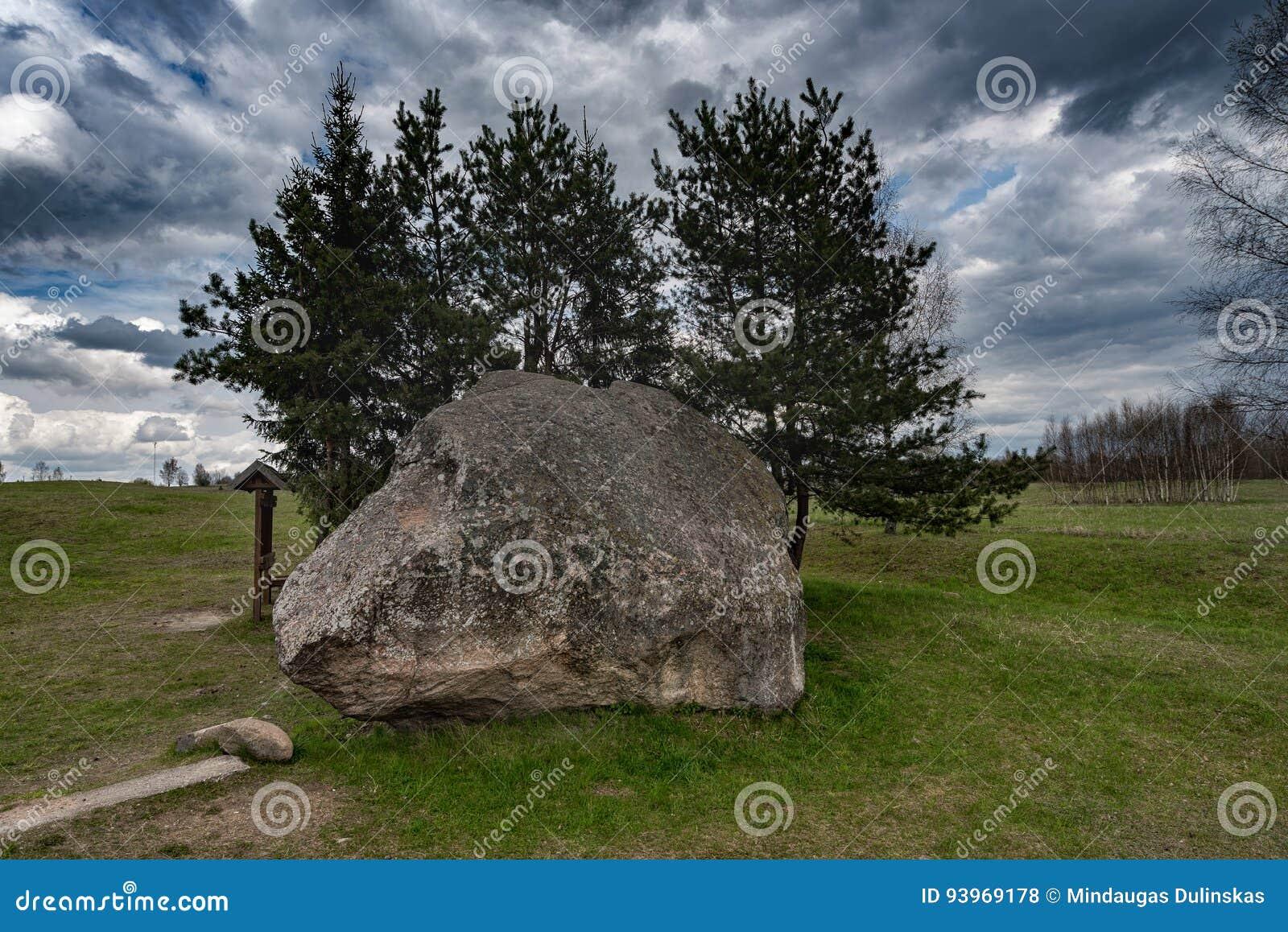 Paisaje y naturaleza de Lituania con el cielo nublado Objeto de visita turístico de excursión en Vistytis