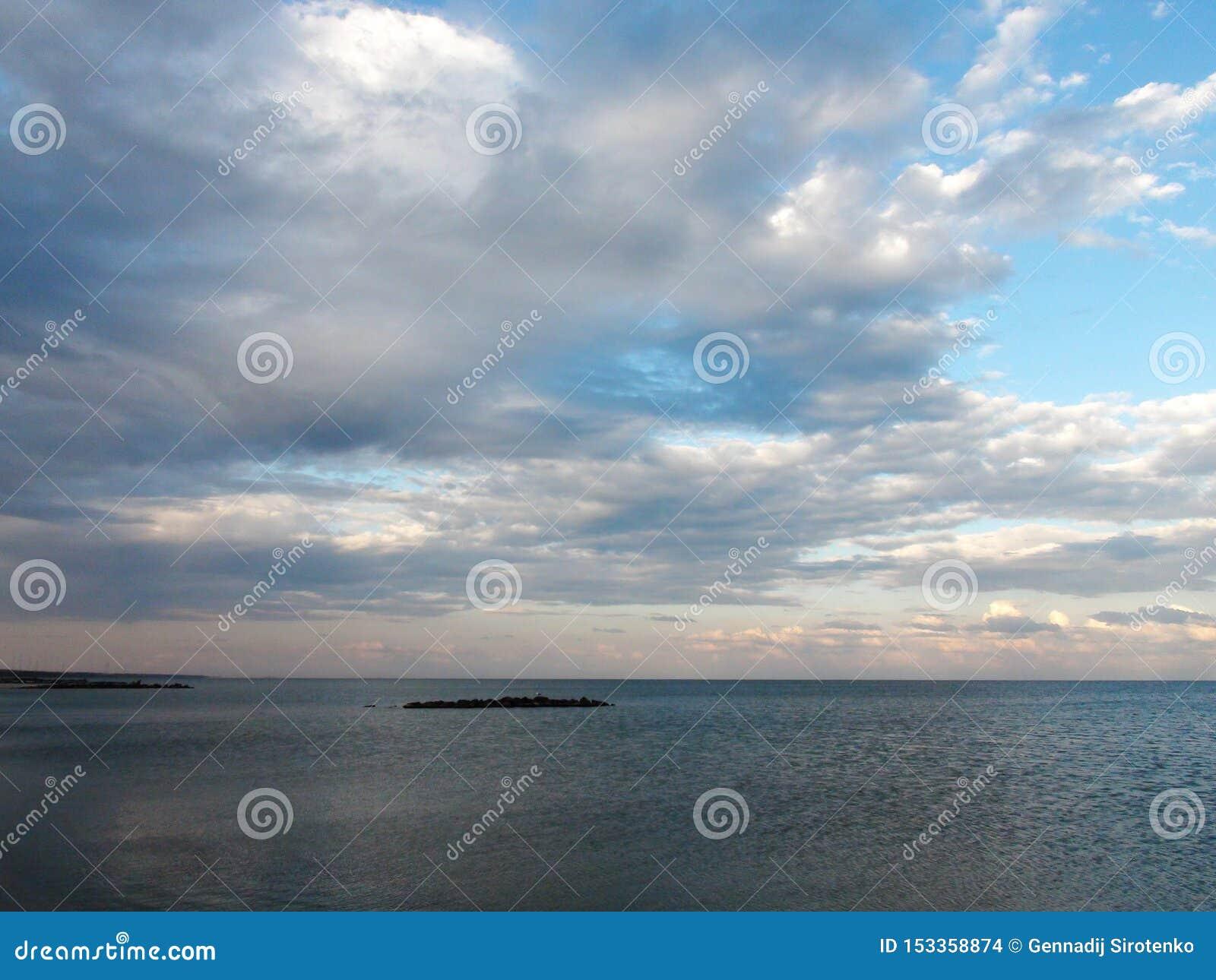 Paisajes de la flora del mar de Azov y del mar que igualan paisajes cerca de la ciudad de Primorsk de la región de Zaporizhzhya u