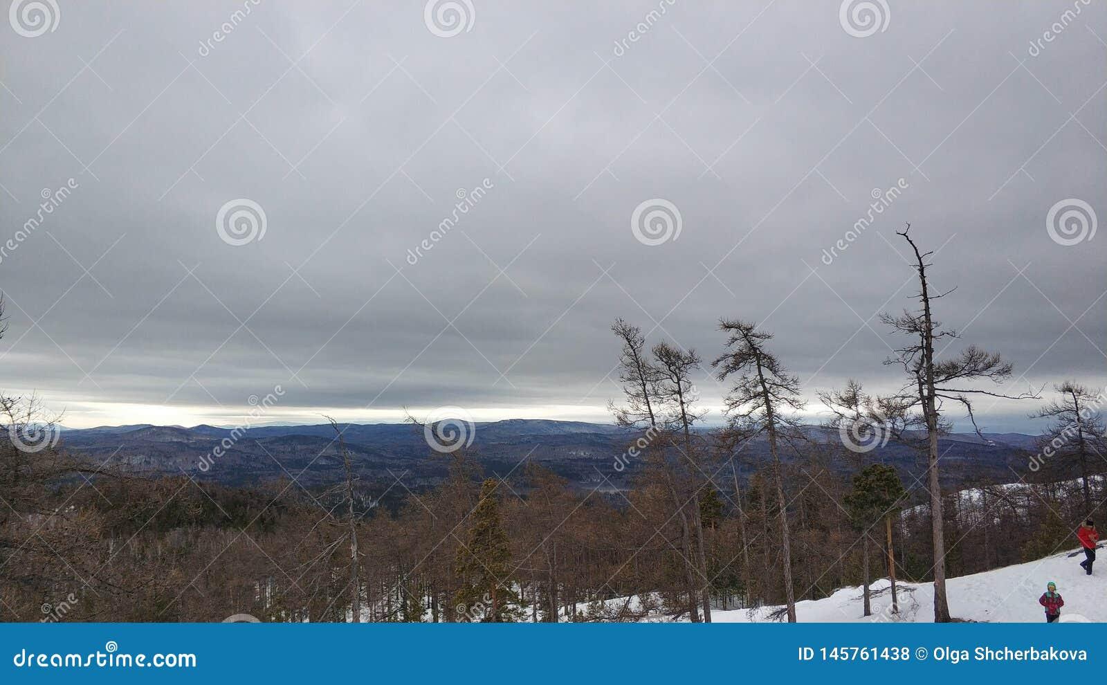 Paisajes del invierno en la montaña nublada Sugomak del día de Urales