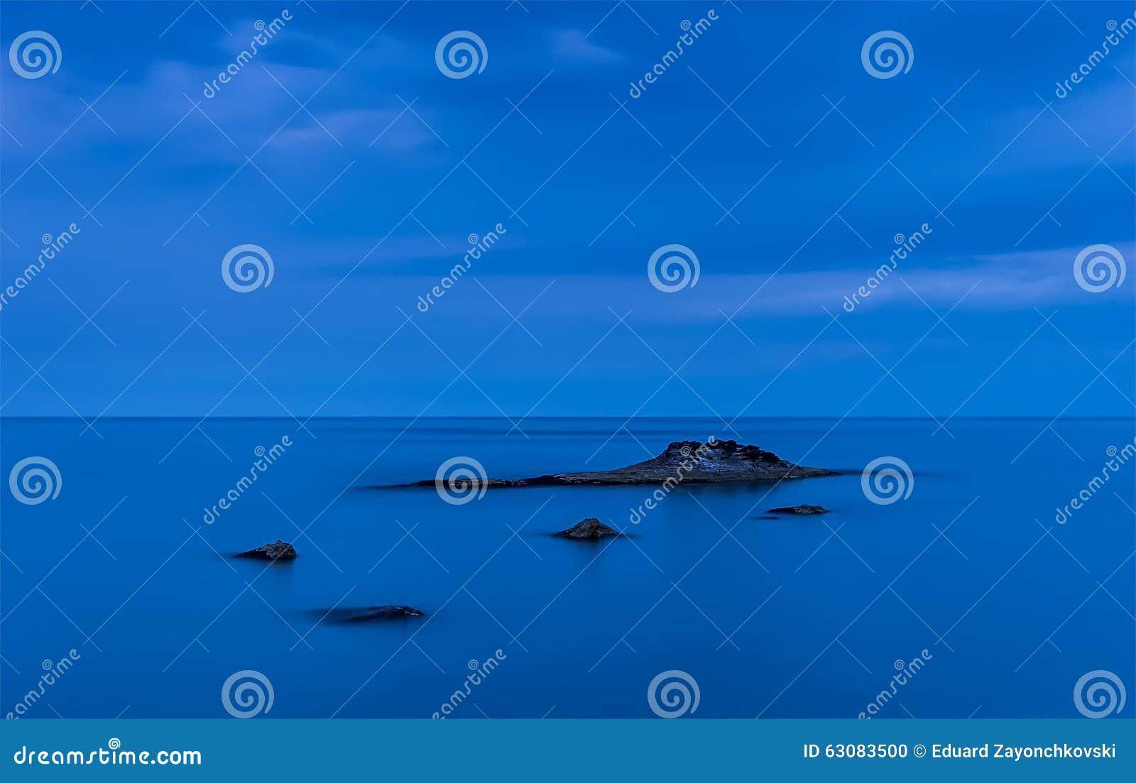 Download Paix dans le bleu photo stock. Image du beauté, littoral - 63083500