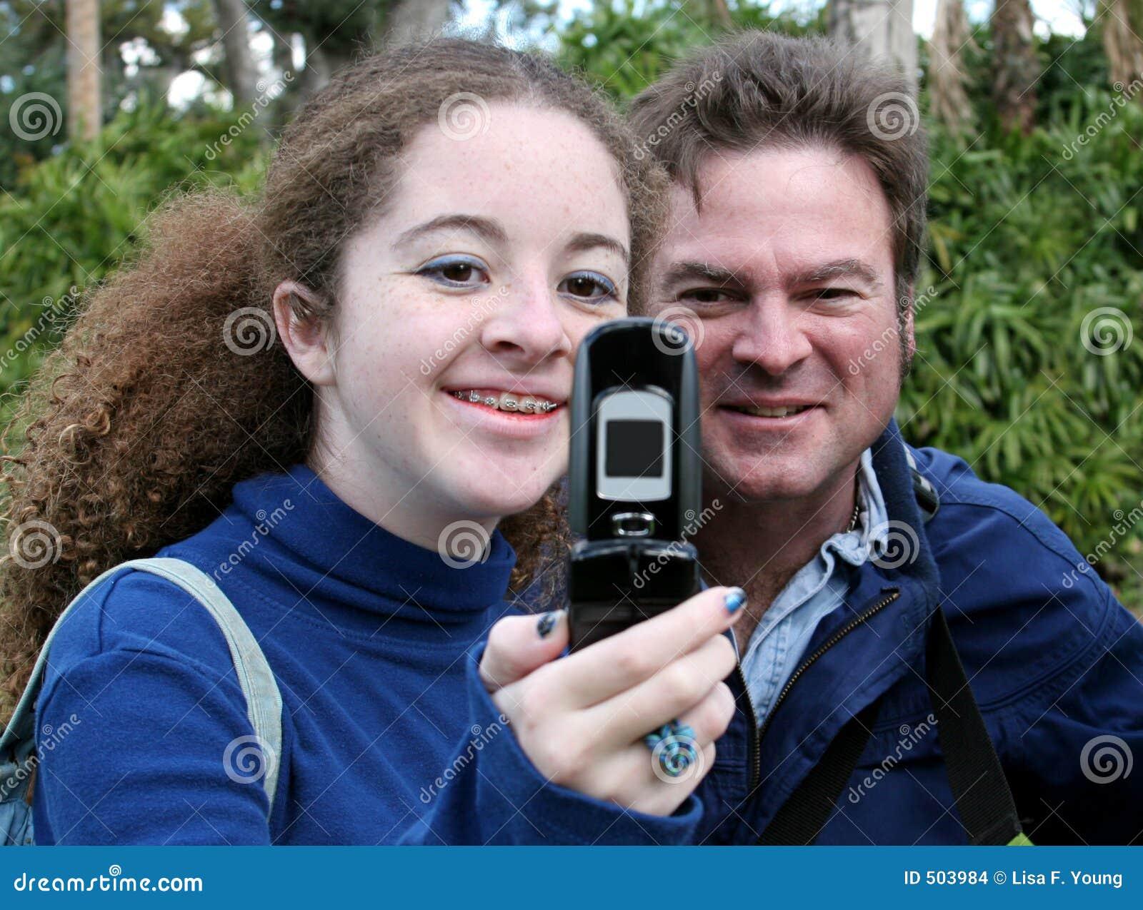 Paizinho adolescente & telefone da câmera