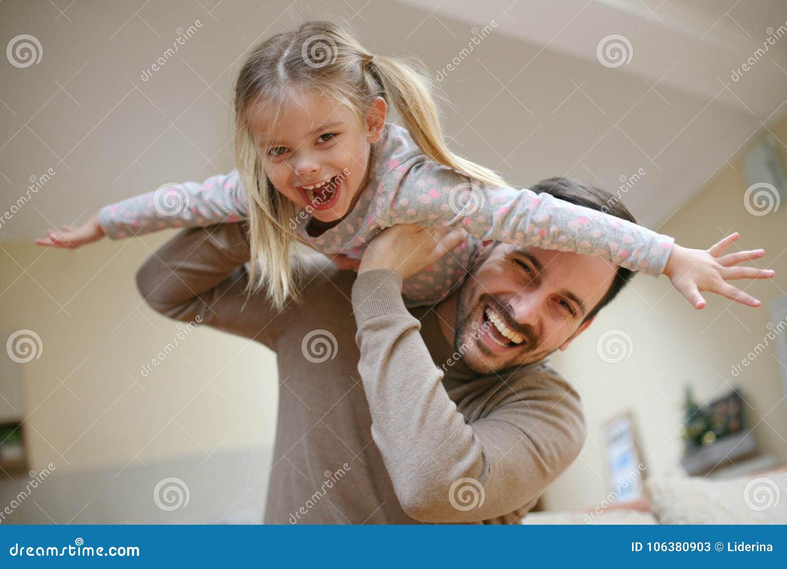 Paizinho novo com filha bonito em casa
