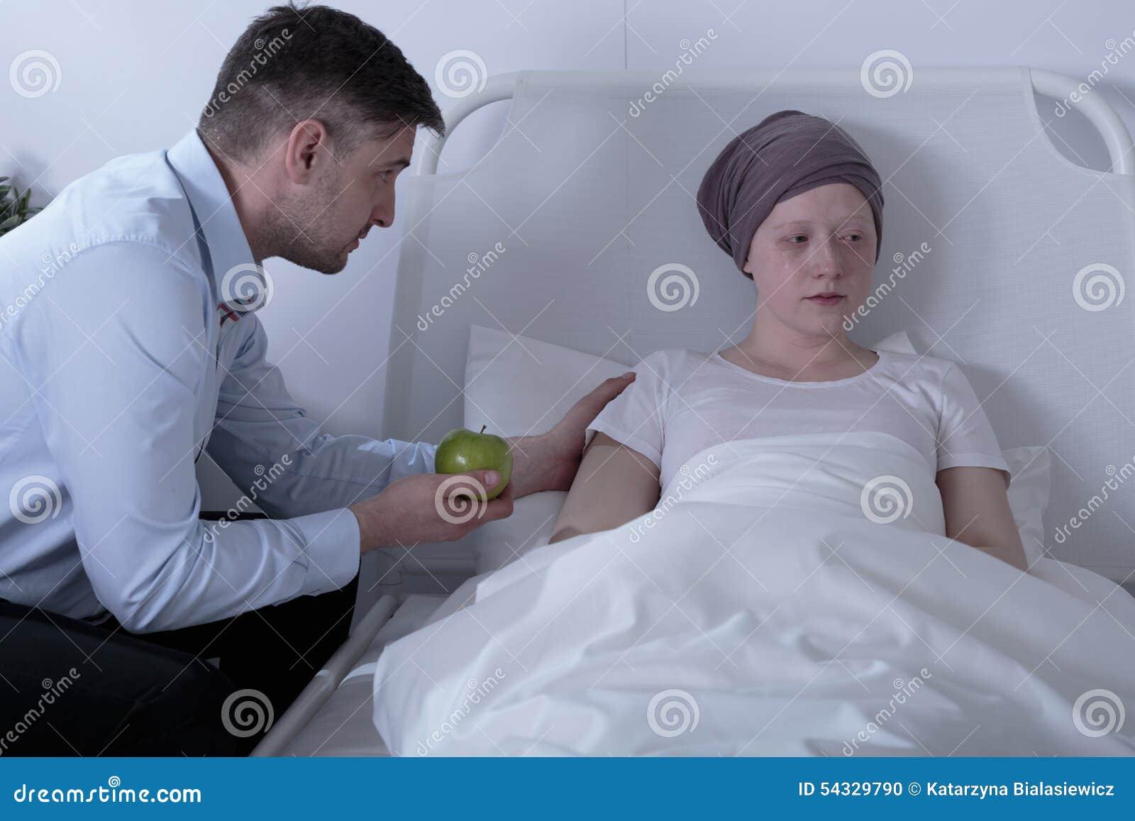Paizinho que importa-se com a filha doente