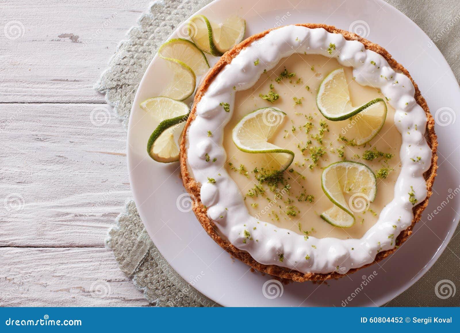Paj för nyckel- limefrukt med piskad kräm horisontalbästa sikt