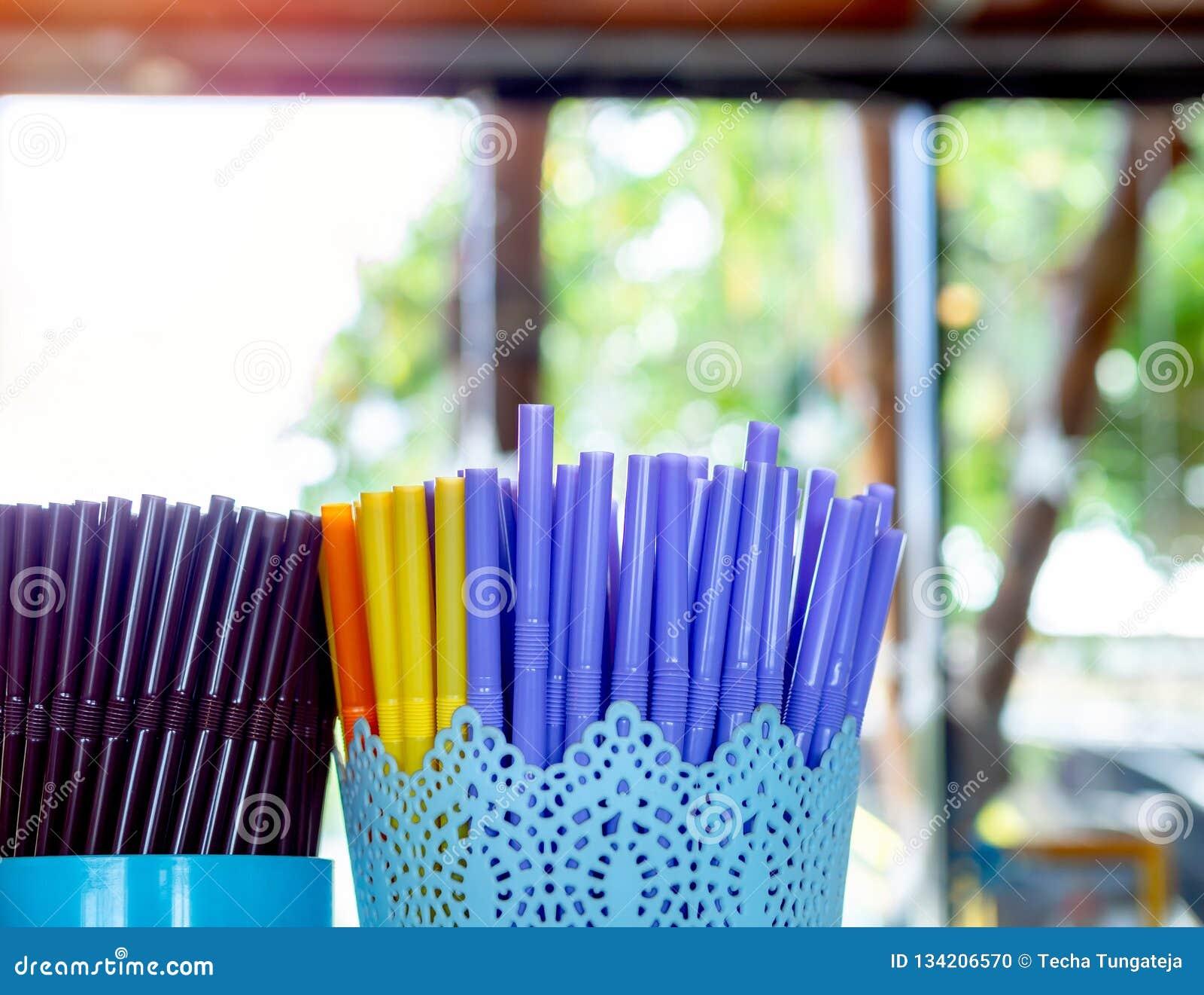 Paja plástica colorida en envase de plástico en cafetería
