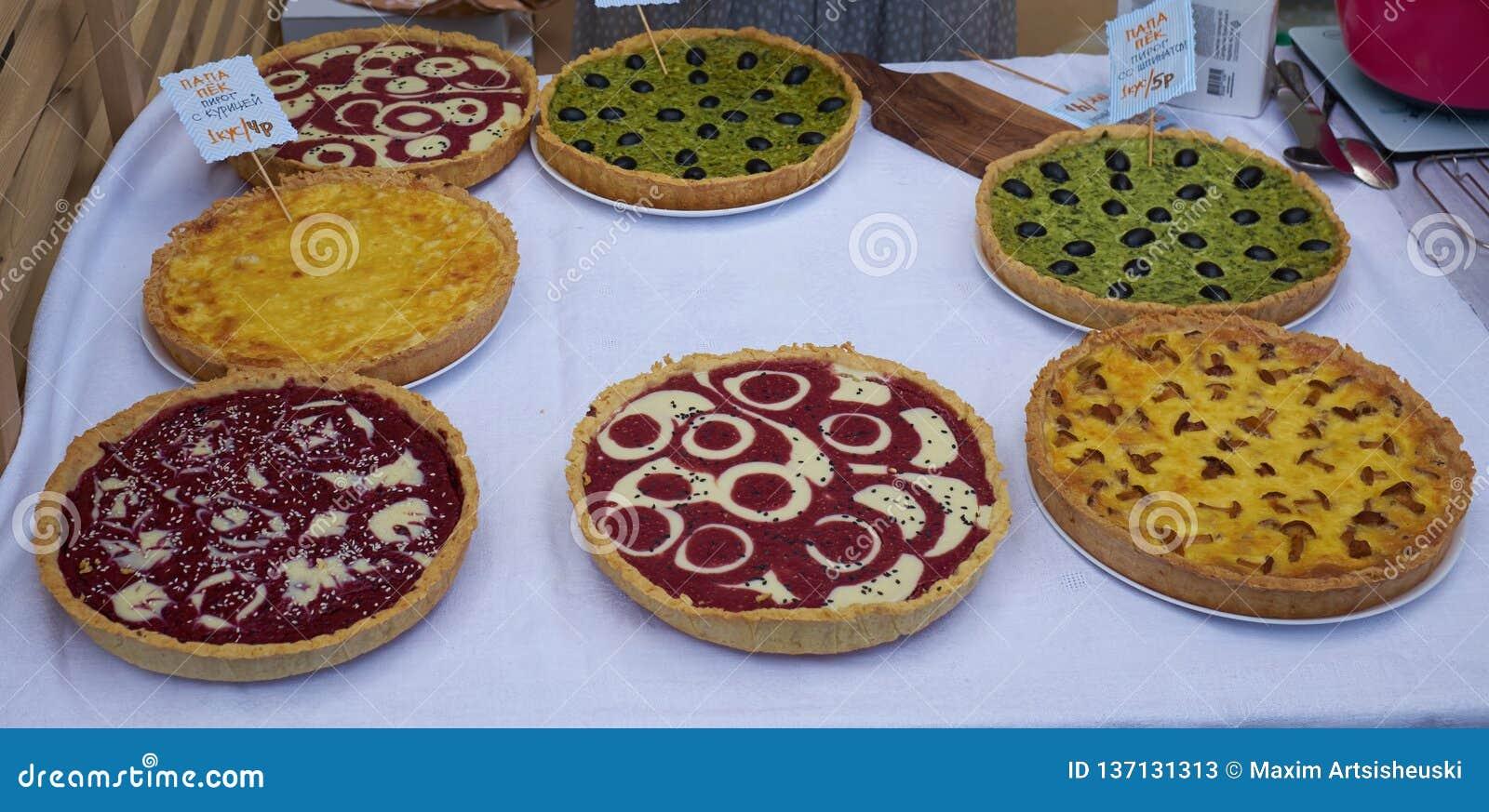 Pajer med champinjoner, oliv, hallon, tomatsås, ost på en tabell Top beskådar kopiera avstånd