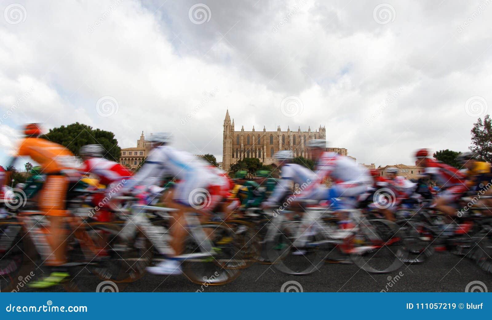 Pak ruiters die naast de kathedraal van Palma wijd overgaan DE Mallorca