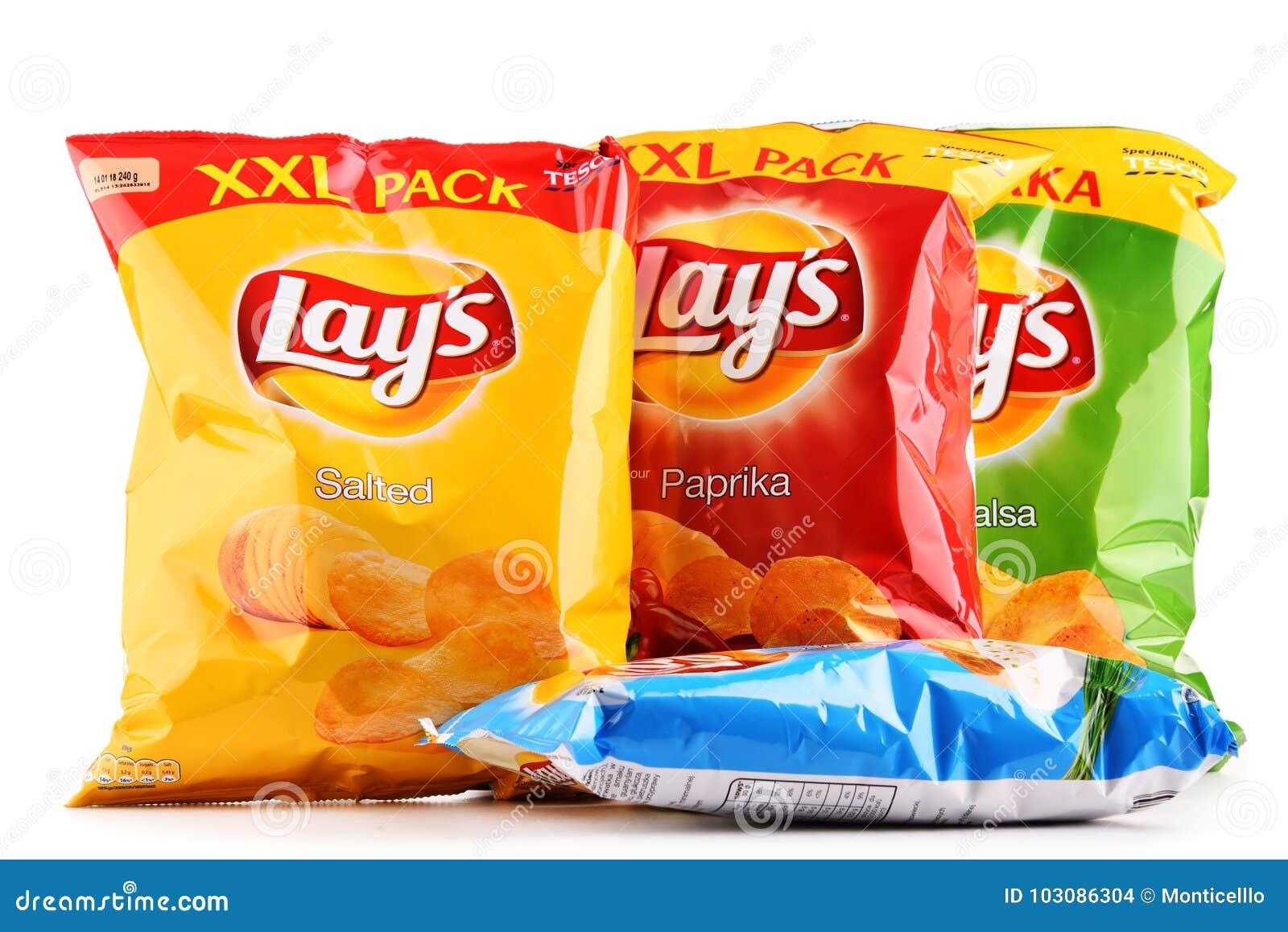 Paket av Lays potatischiper som isoleras på vit