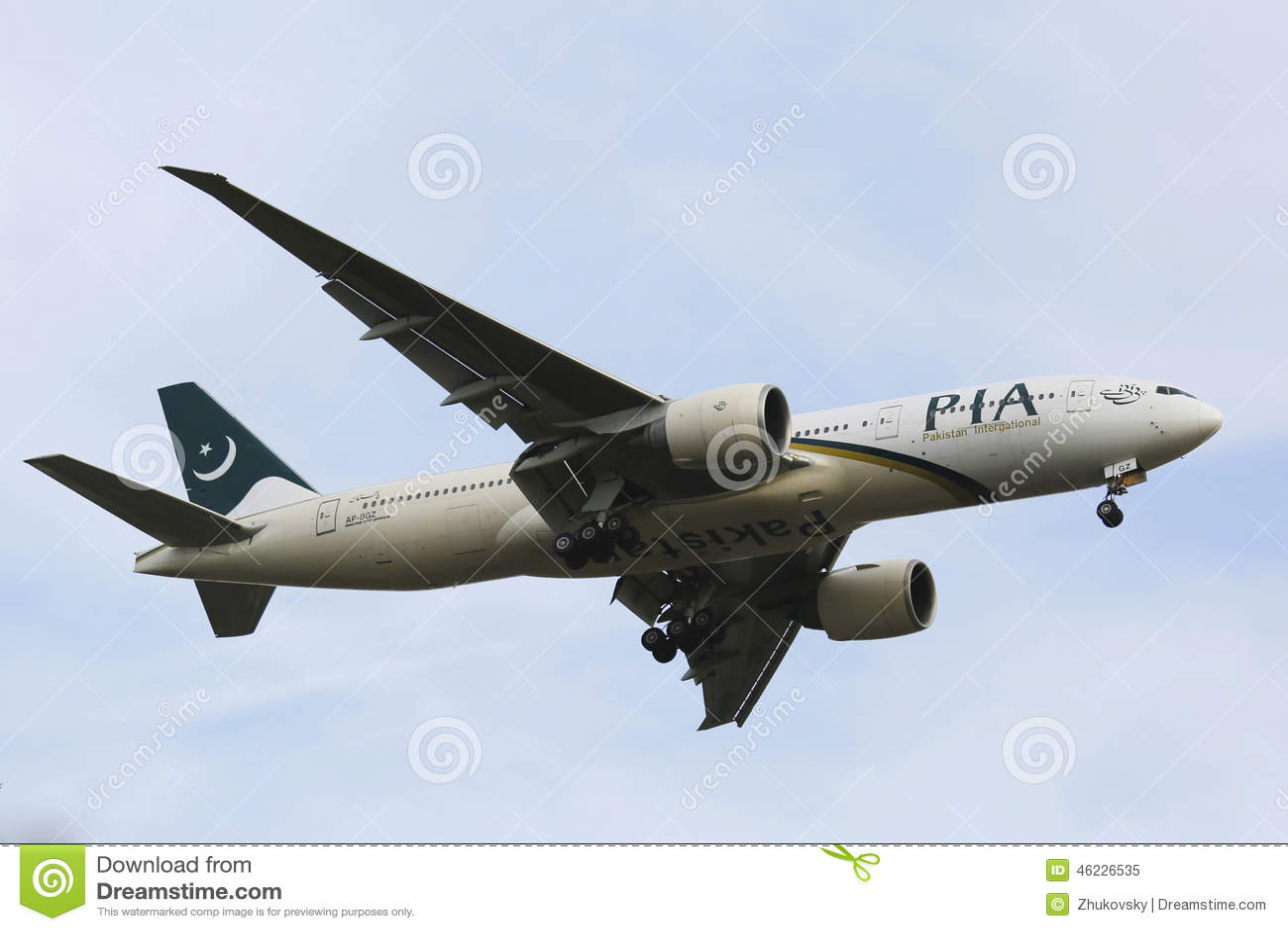 Pakistan International Airlines Boeing 777 w Nowy Jork niebie przed lądować przy JFK lotniskiem