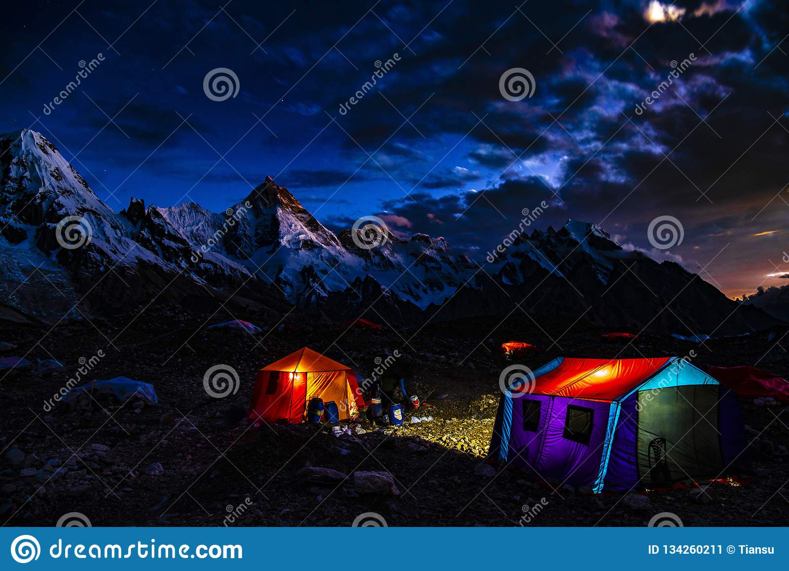 Pakistan Karakoram K2 som trekking solnedgång för Mt Masherbrum