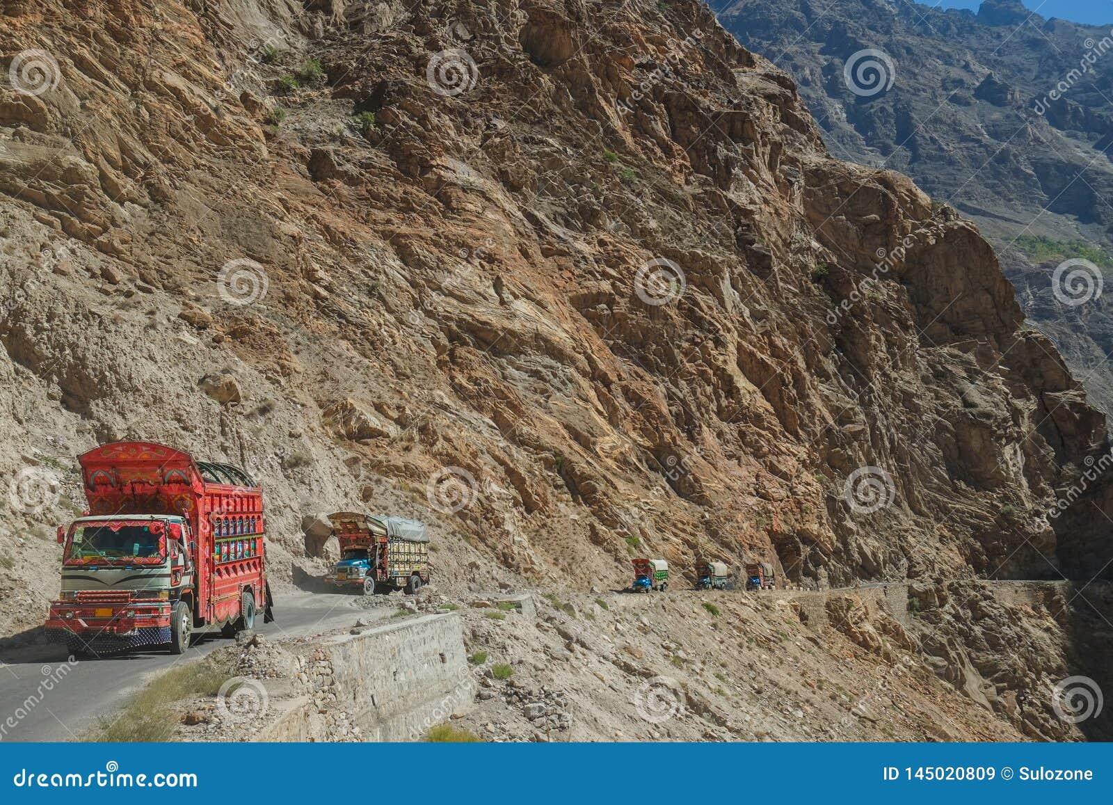 Pakistanische verzierte LKWs, die entlang die Karakoram-Landstra?e reisen pakistan