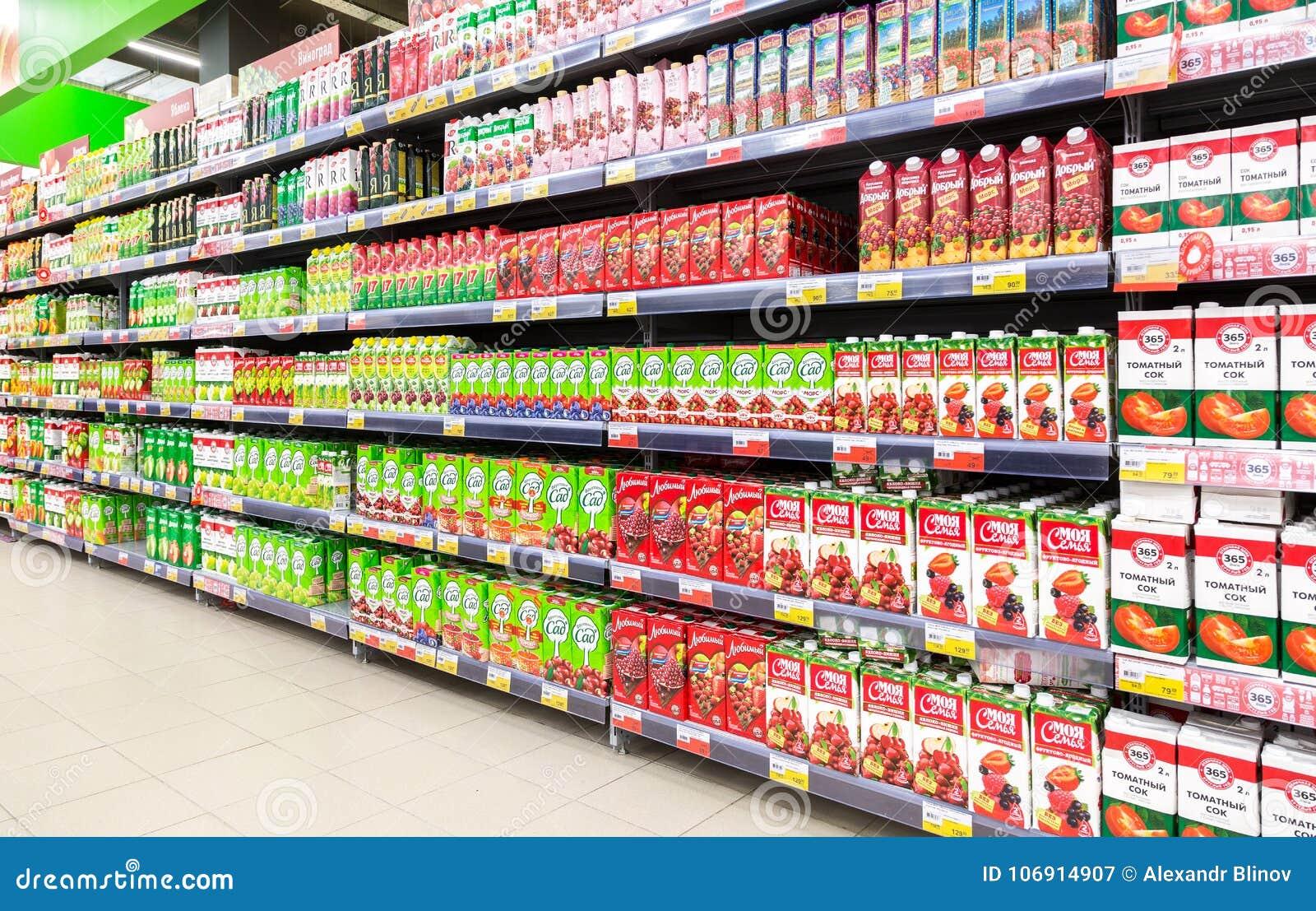 Pakujący świeży sok przygotowywający dla sprzedaży w supermarkecie Lenta