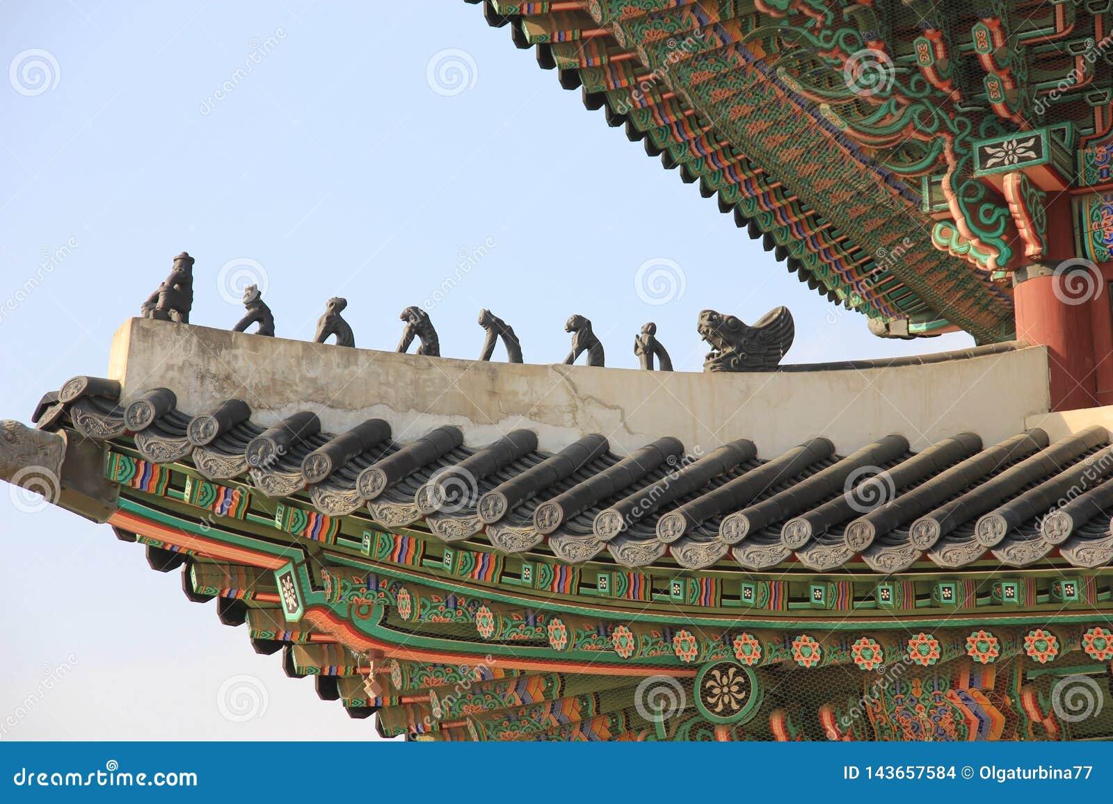 Palácio de Gyeongbokgung, telhado tradicional coreano, figuras de Japsang, Seoul, Coreia do Sul