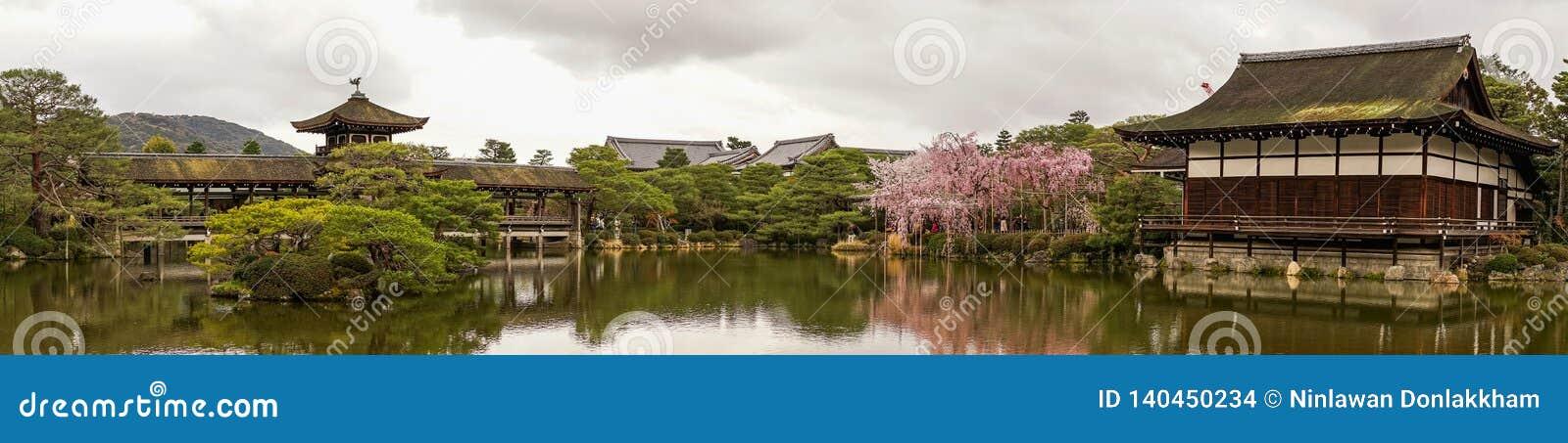 Palácio de madeira antigo com flor de cerejeira