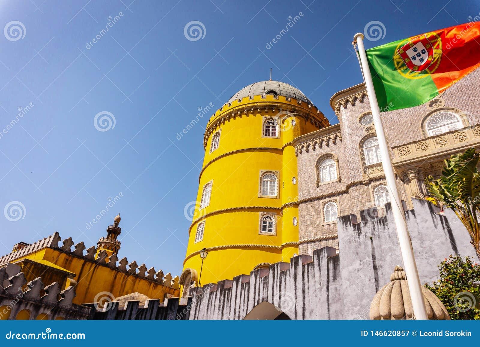 Pal?cio de Pena em Sintra e na bandeira portuguesa que acenam no vento portugal