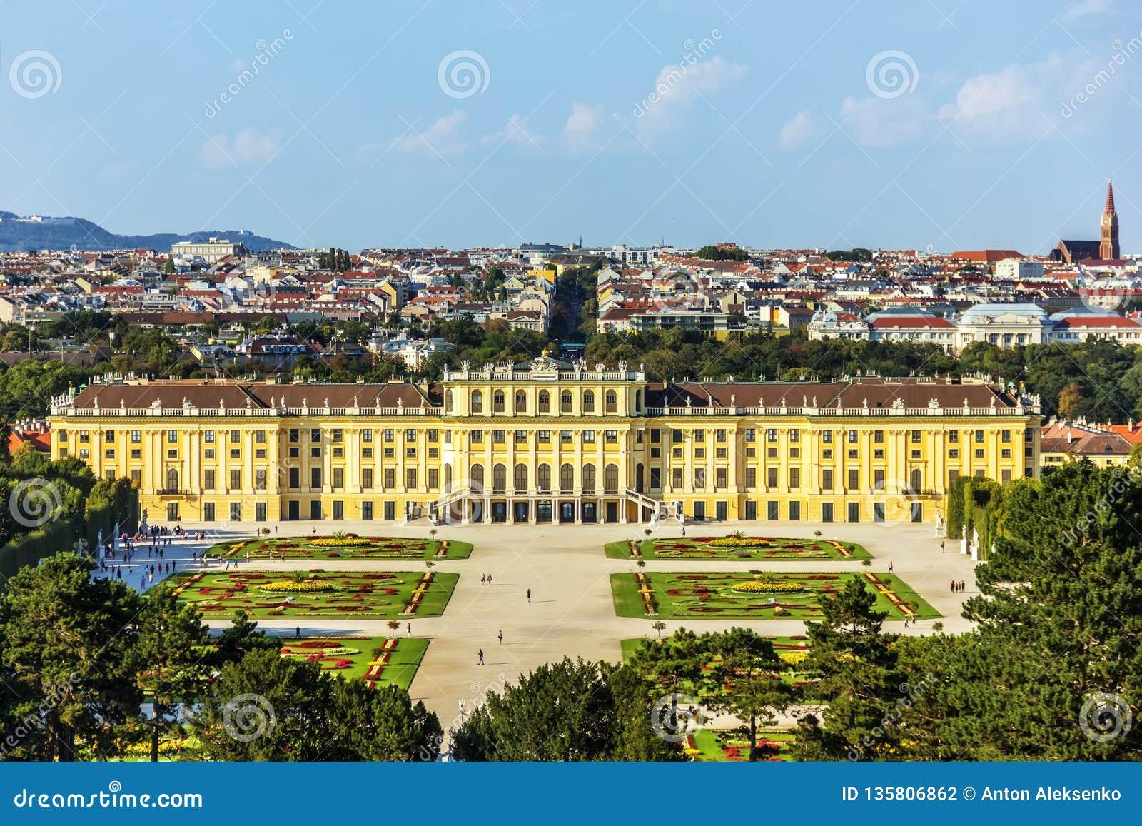 Palácio de Schonbrunn em Viena, Áustria, de vista completa