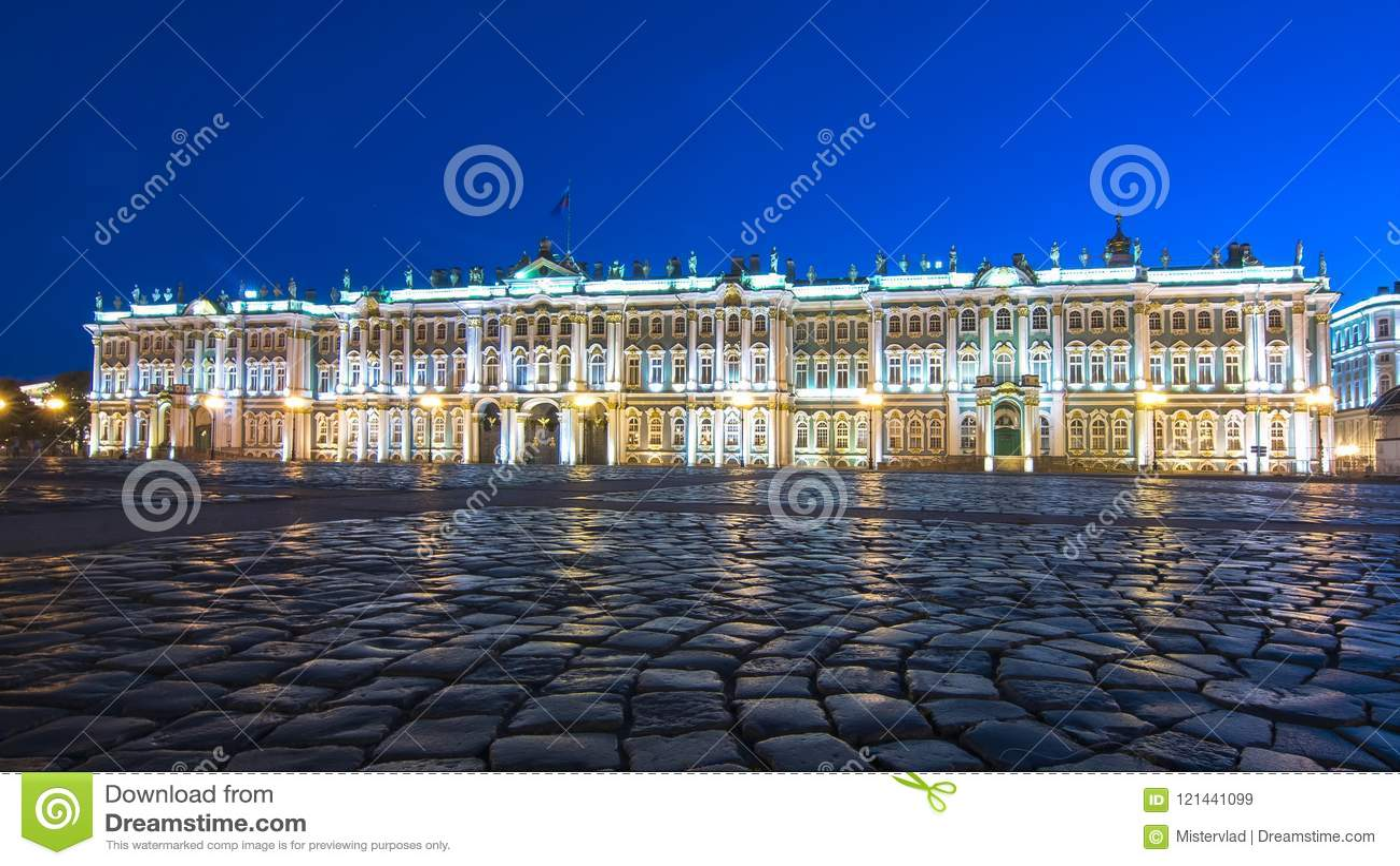 Palácio do inverno do museu de eremitério no quadrado na noite, St Petersburg do palácio, Rússia