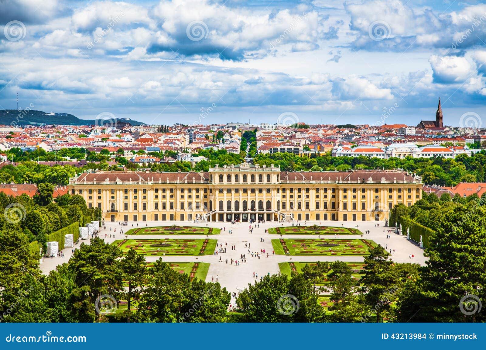 Palácio famoso de Schonbrunn com o grande jardim do Parterre em Viena, Áustria
