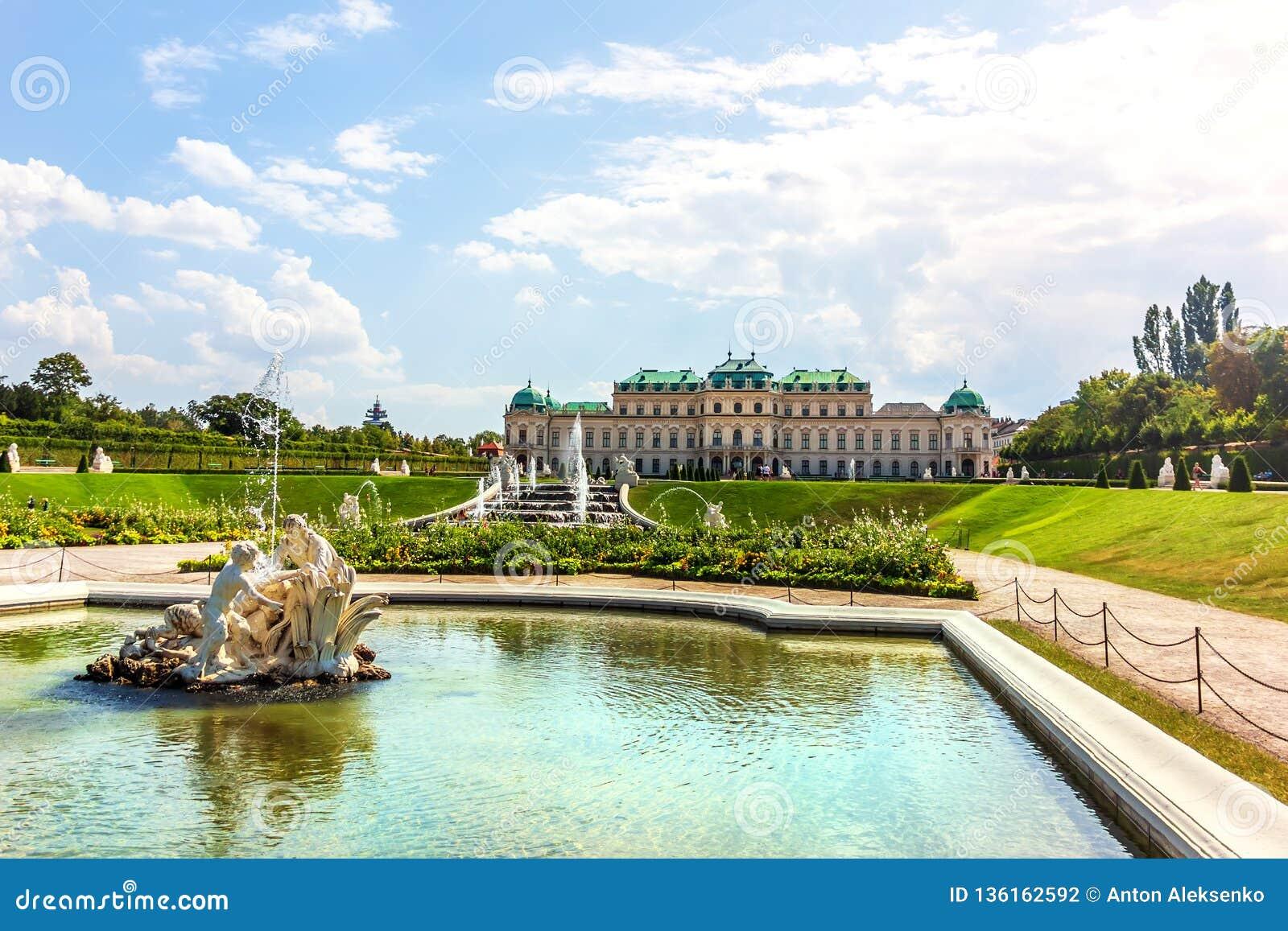 Palácio superior do Belvedere e a fonte em Viena, Áustria
