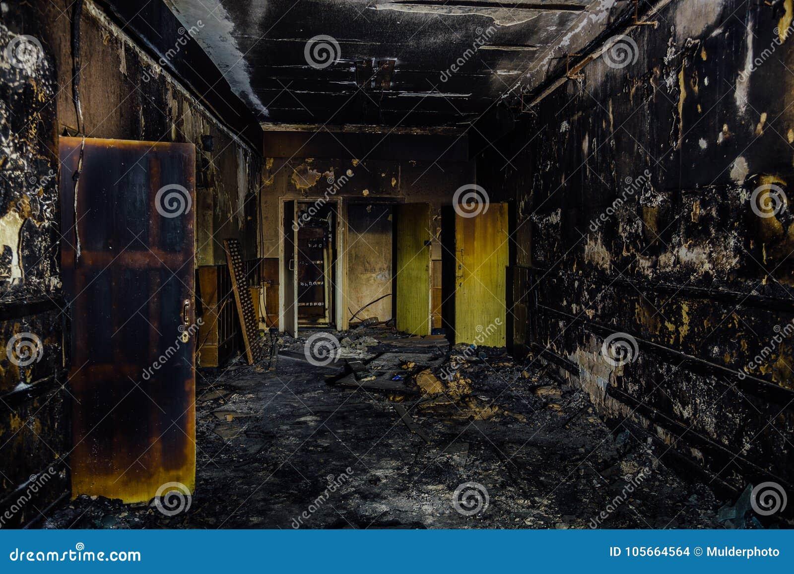 Palący pożarniczym wnętrzem stary szpital Przypalający drzwi korytarz i ściany