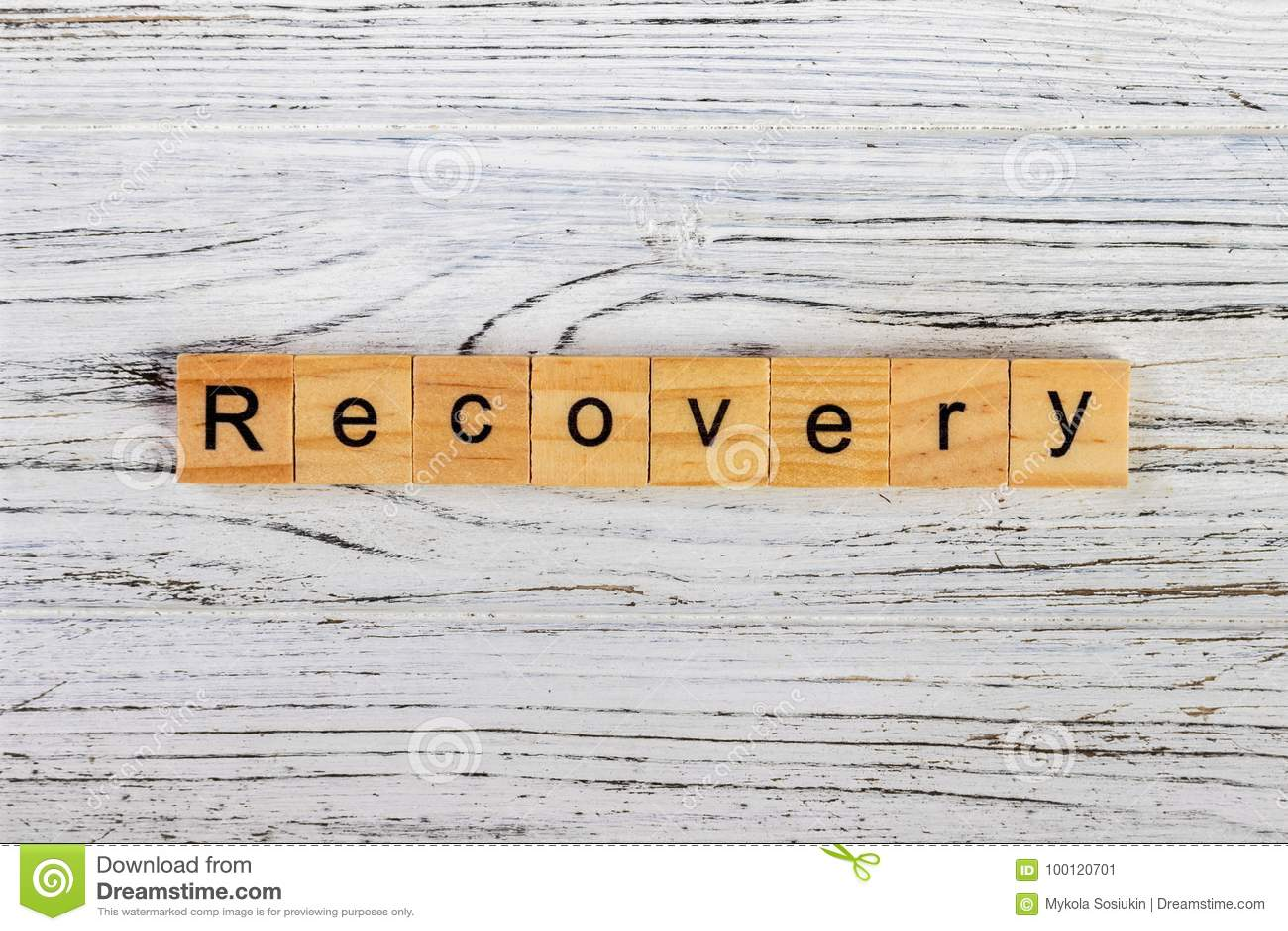 Palabra de la recuperación escrita en concepto de madera del cubo