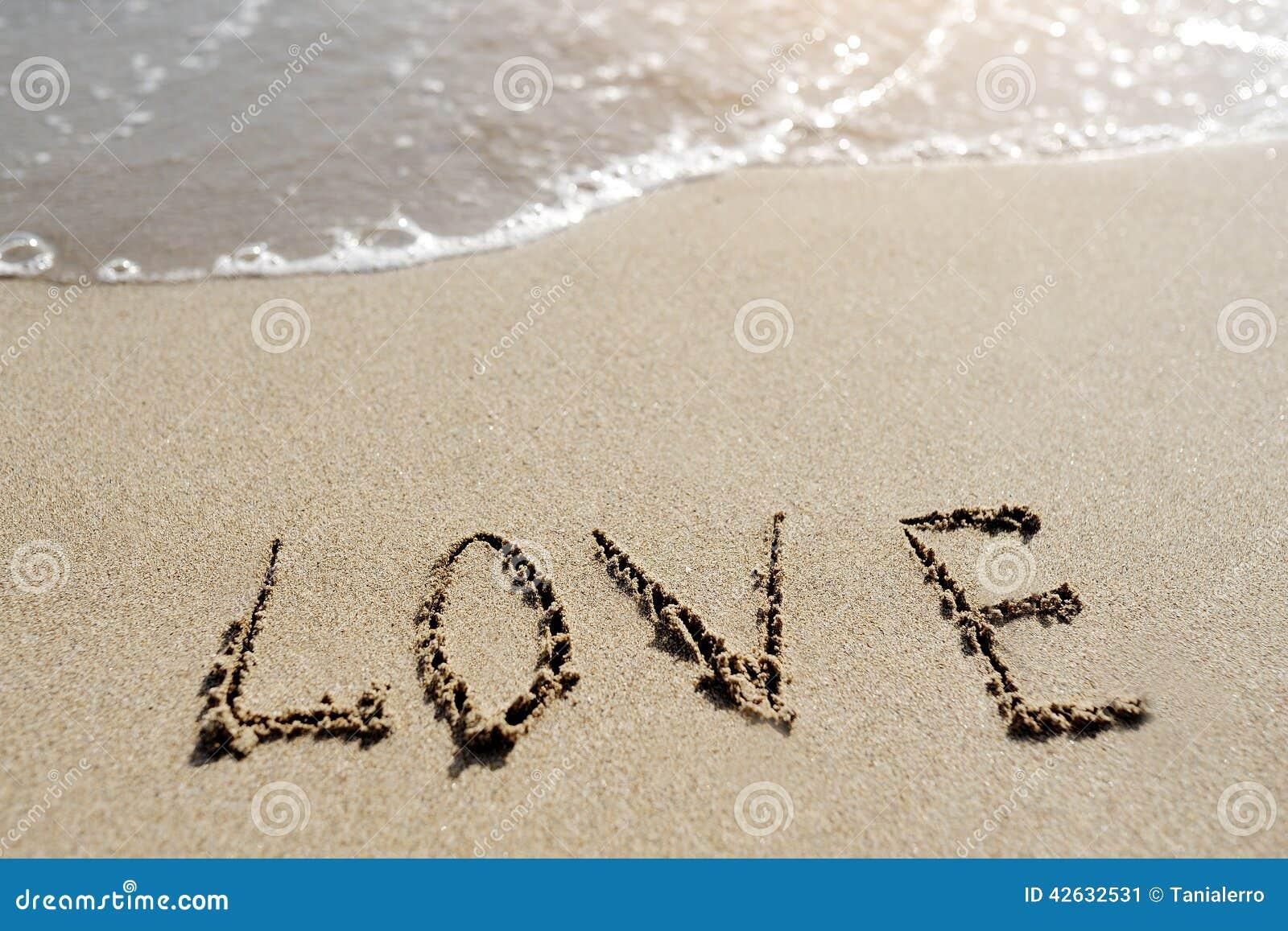 Amor Escrito En Arena: Palabra Del Amor Escrita En La Playa De La Arena Foto De