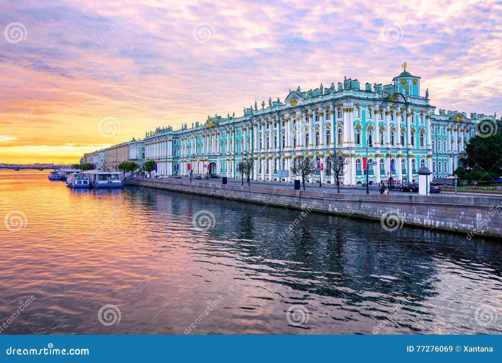 Palacio del invierno en el río de Neva, St Petersburg, Rusia