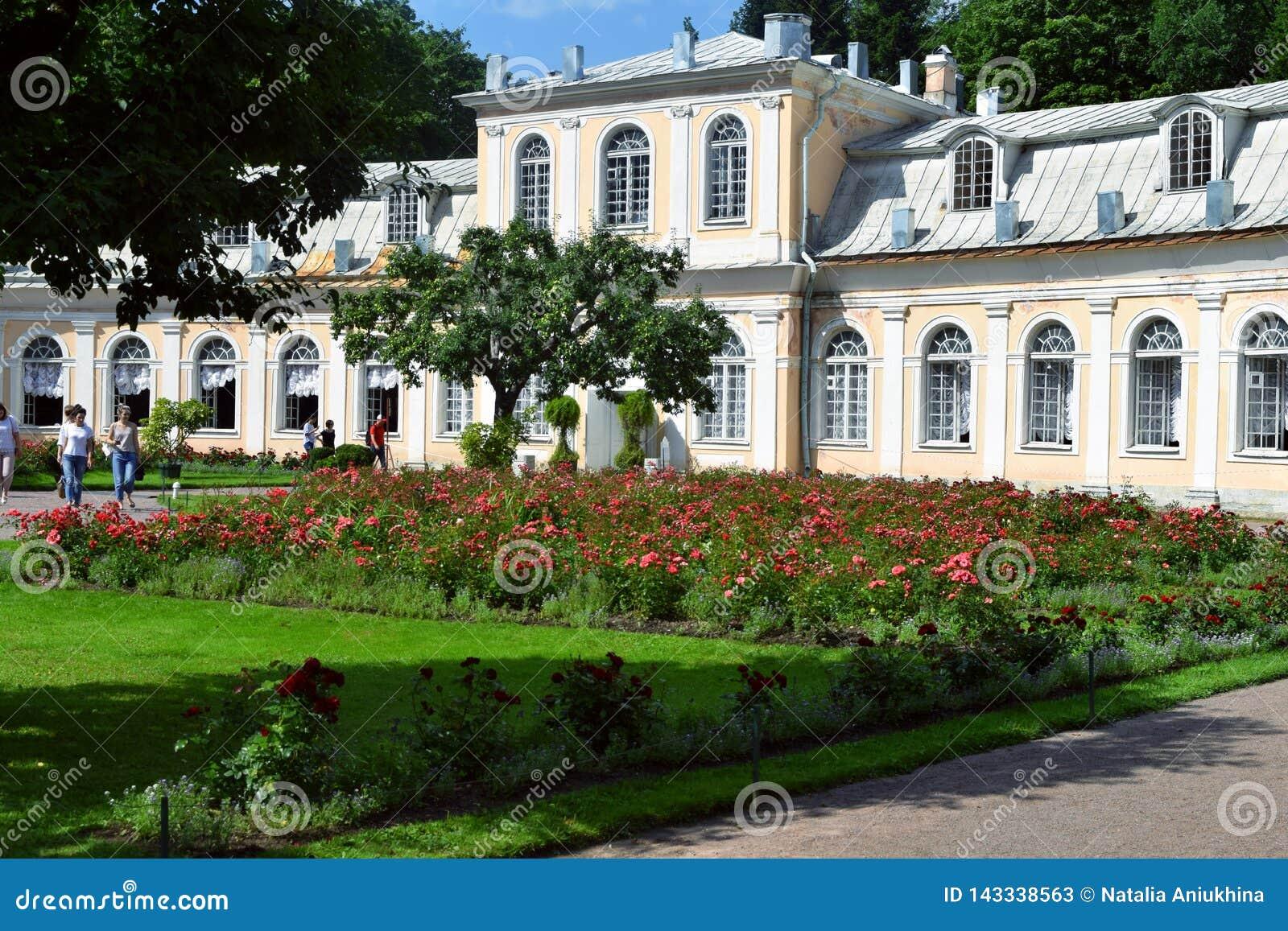 Palacio en el edificio de Ekaterinburg en Petergof
