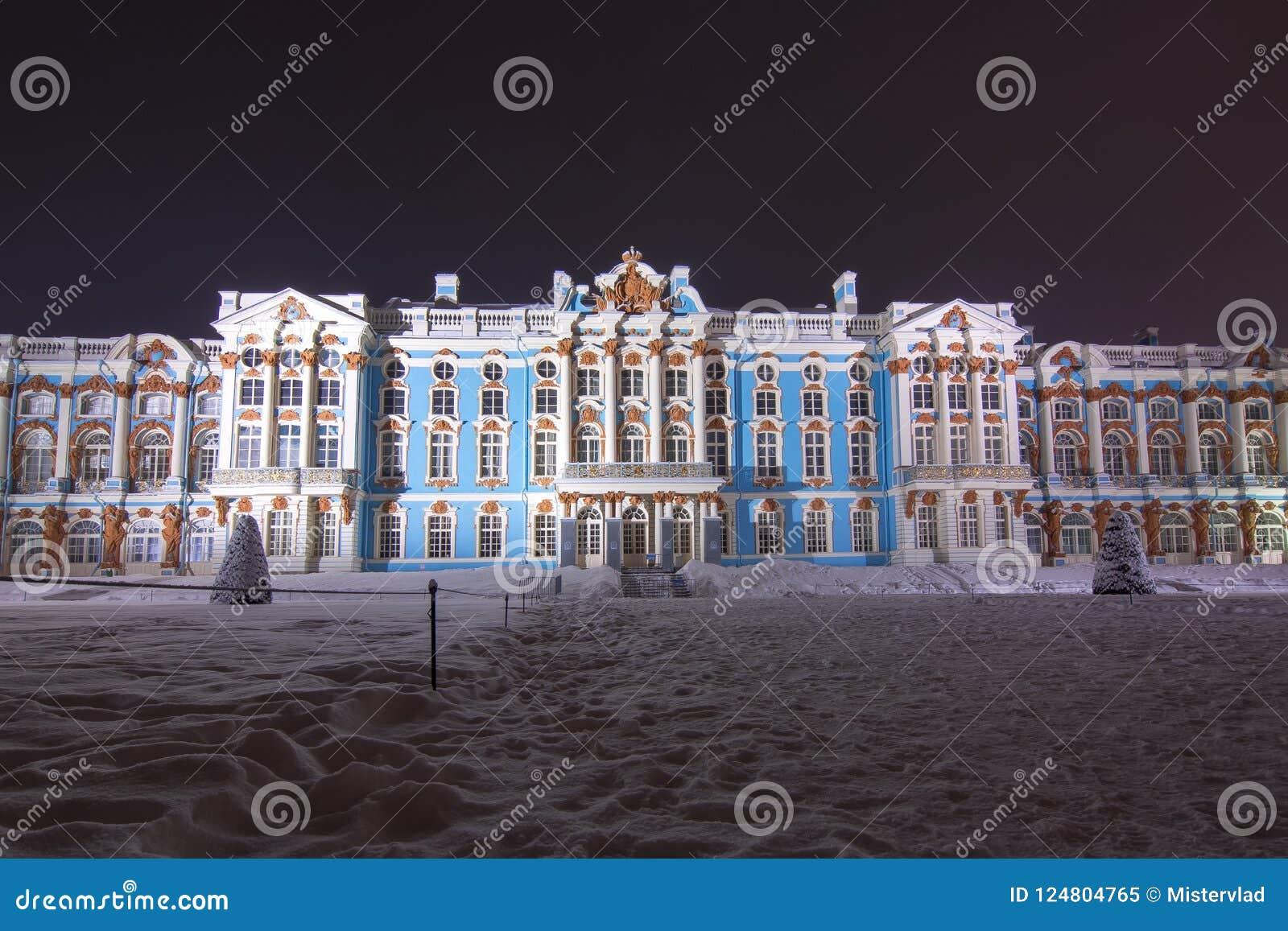 Palacio y parque de Catherine en invierno en la noche, Tsarskoe Selo, St Petersburg, Rusia