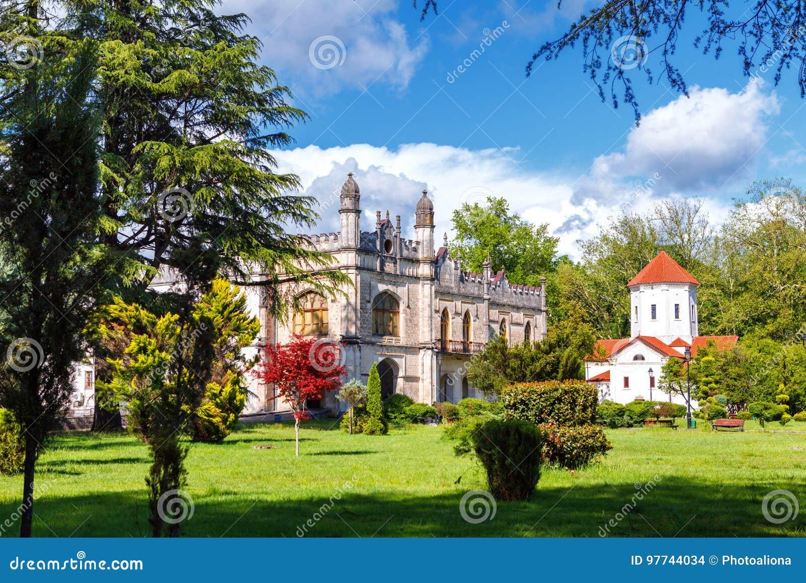 Palais de Dadiani historiques et musée architectural et église situés à l intérieur d un parc dans Zugdidi, la Géorgie