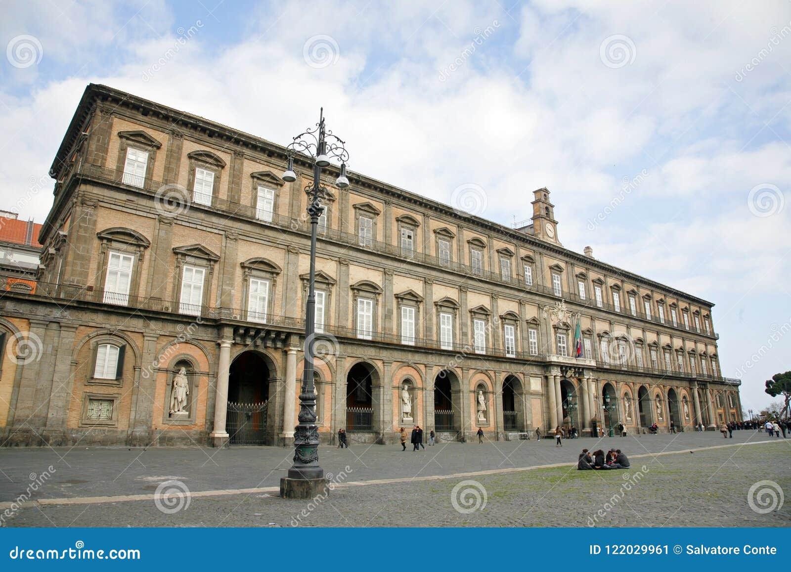 Palais de Naples royal Le centre de la ville historique de Naples est le plus grand en Europe, et est énuméré par l UNESCO comme
