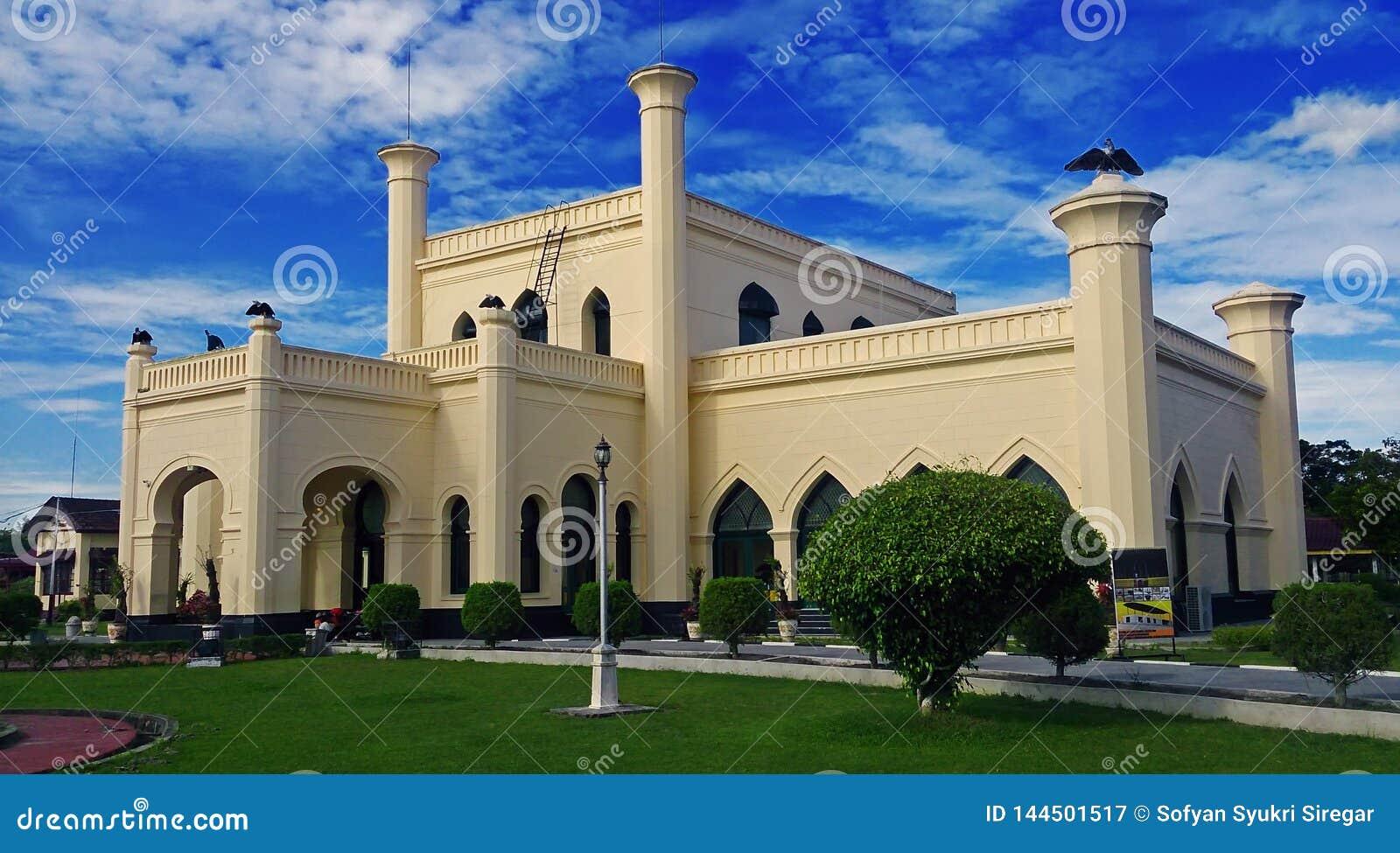 Palais de Siak Sri Indrapura et ciel bleu