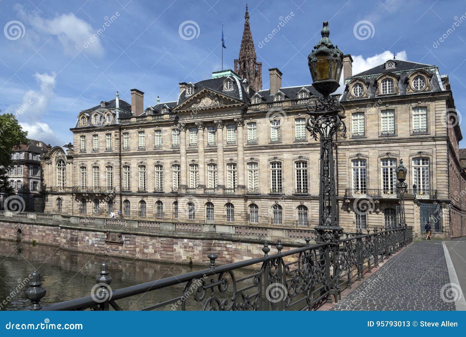 Dass Frankreich für seine unfassbar komplizierte und zeit- und nervenintensive Bürokratie bekannt.
