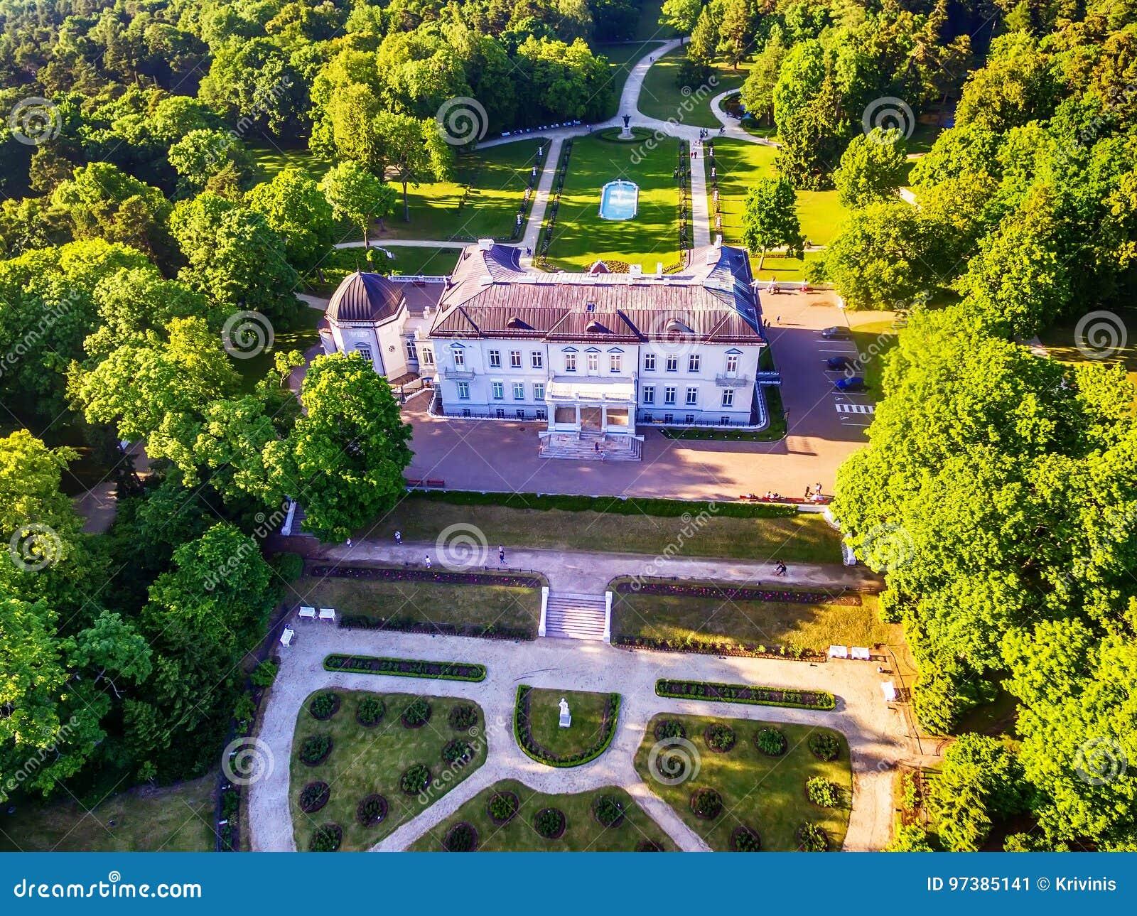 Palanga, Lituânia: opinião aérea do UAV Amber Museum no formerTiskeviciai, palácio de Tyszkevicz cercado por Palanga