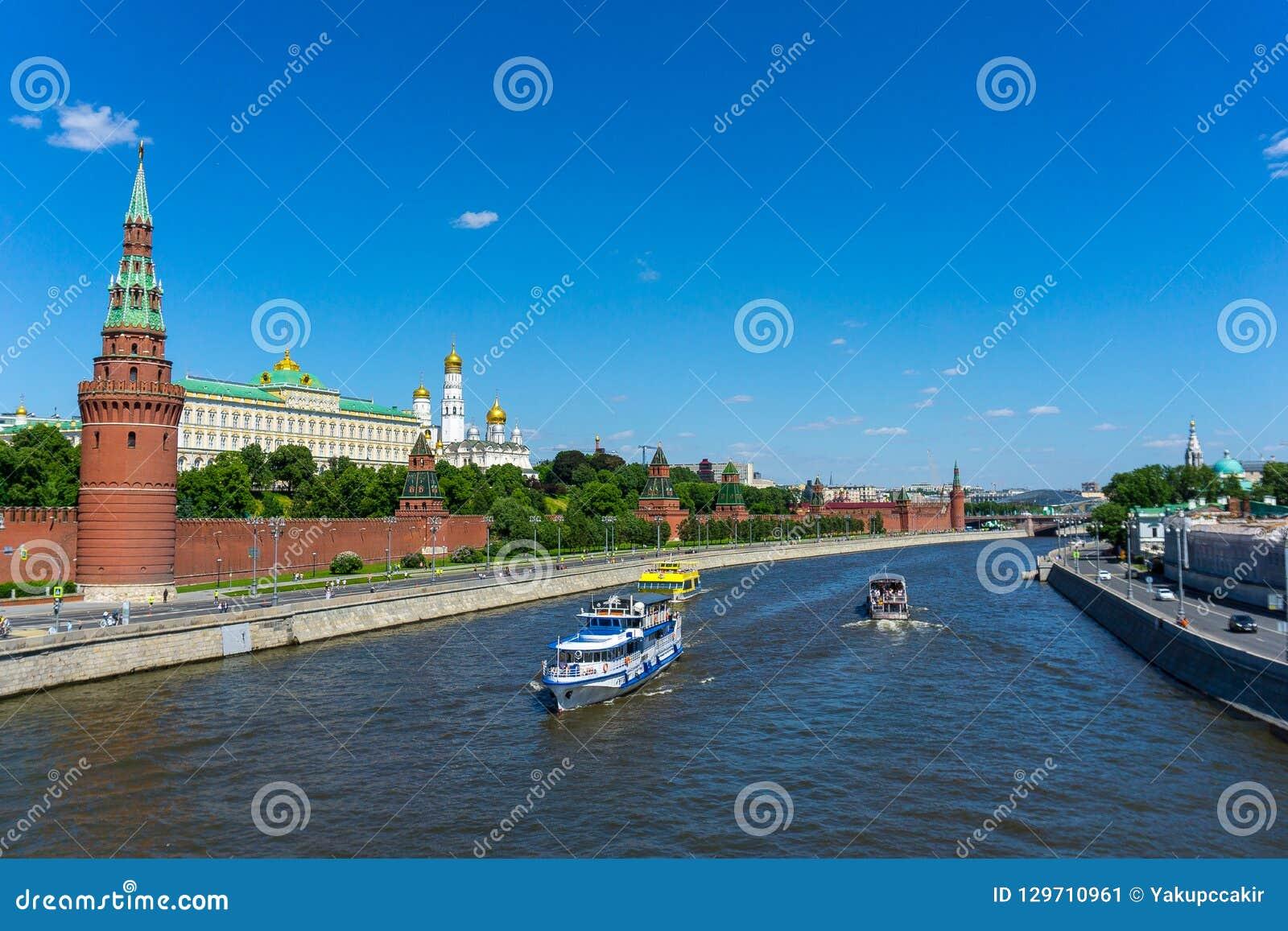 Palast Moskaus der Kreml von der Brücke auf dem Fluss