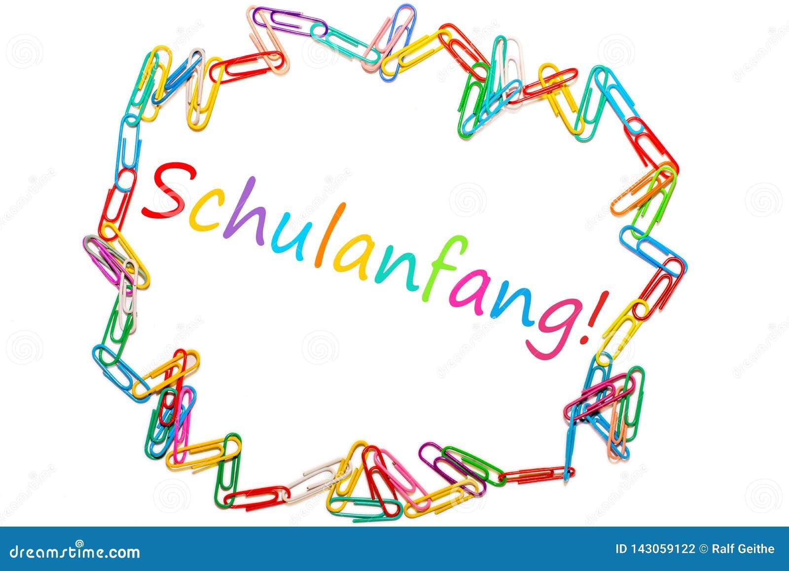 A palavra alemão para 'de volta à escola 'moldada por clipes de papel coloridos