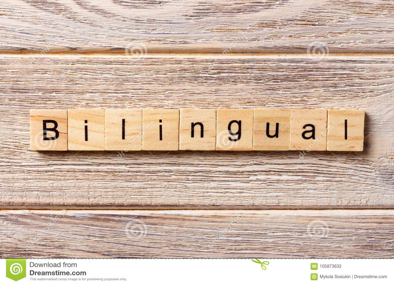 Palavra bilíngue escrita no bloco de madeira texto bilíngue na tabela, conceito
