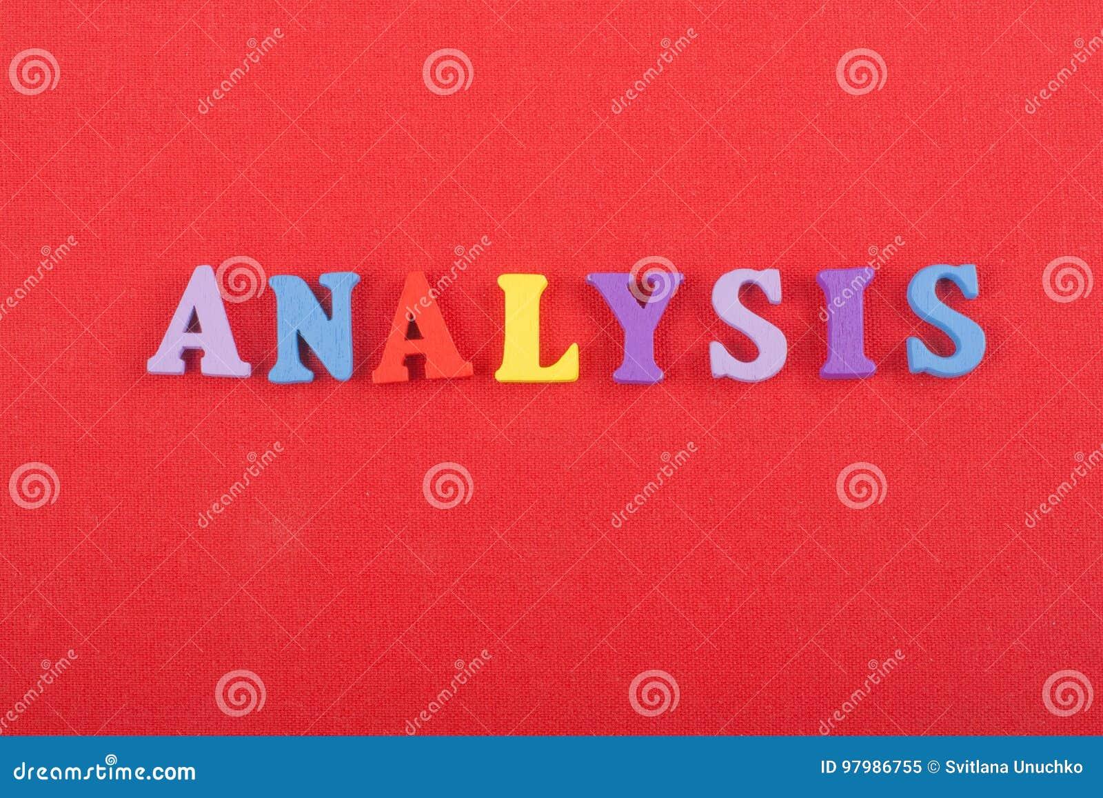 Palavra da ANÁLISE no fundo vermelho composto das letras de madeira do bloco colorido do alfabeto do ABC, espaço da cópia para o