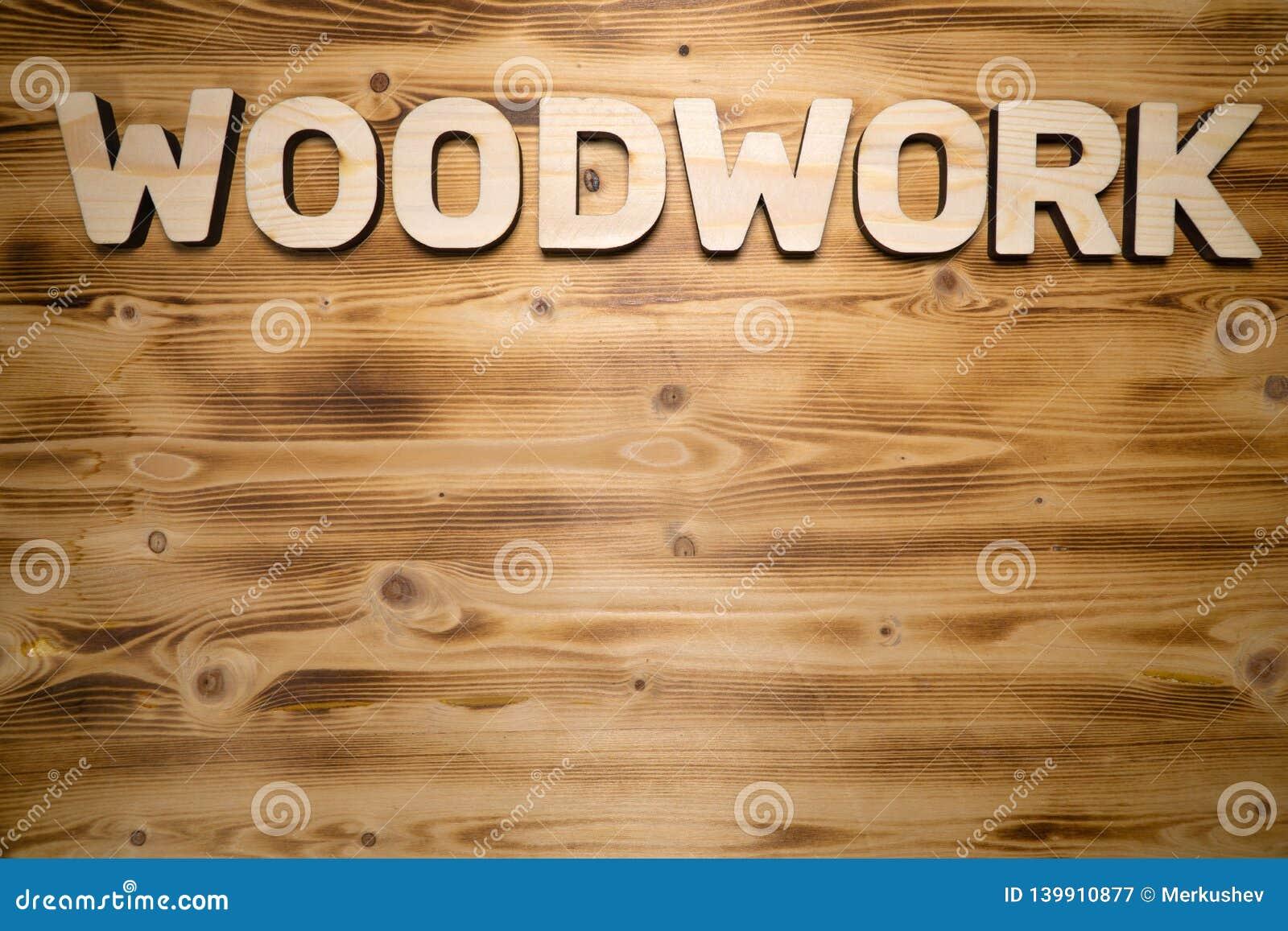 Palavra da CARPINTARIA feita com blocos de apartamentos na placa de madeira