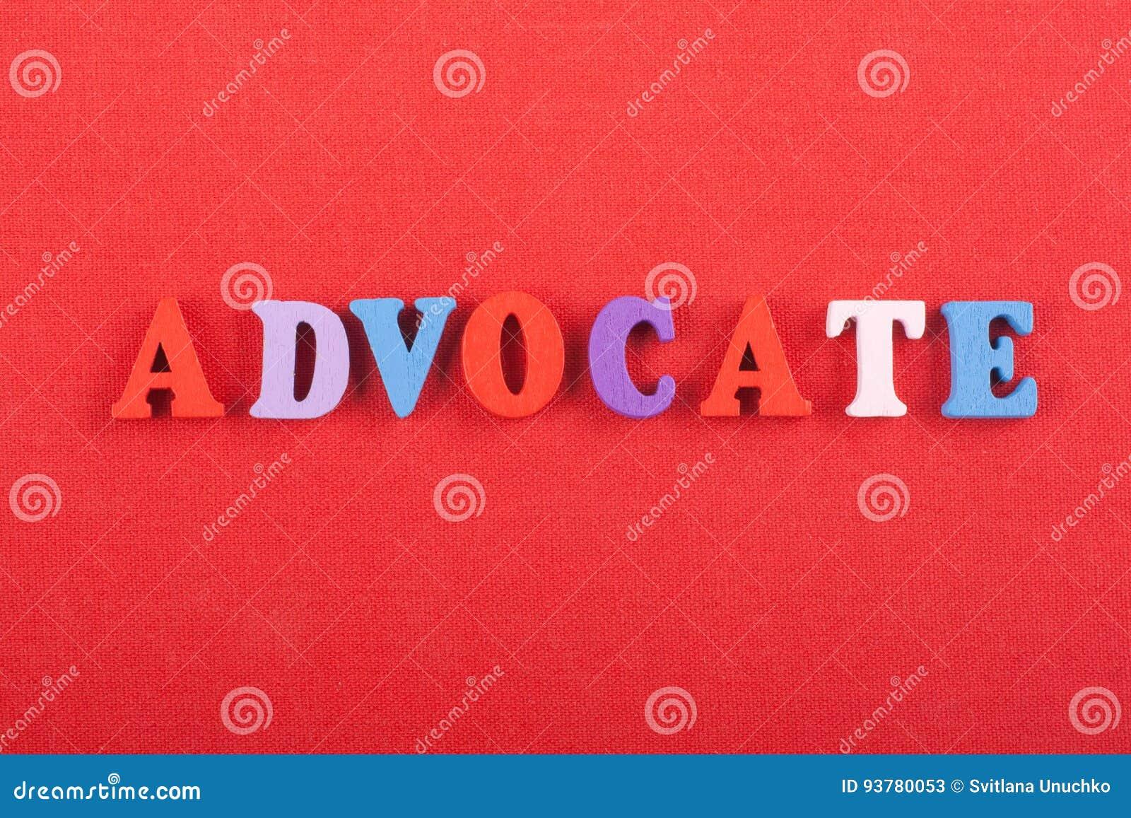 Palavra do ADVOGADO no fundo vermelho composto das letras de madeira do bloco colorido do alfabeto do ABC, espaço da cópia para o