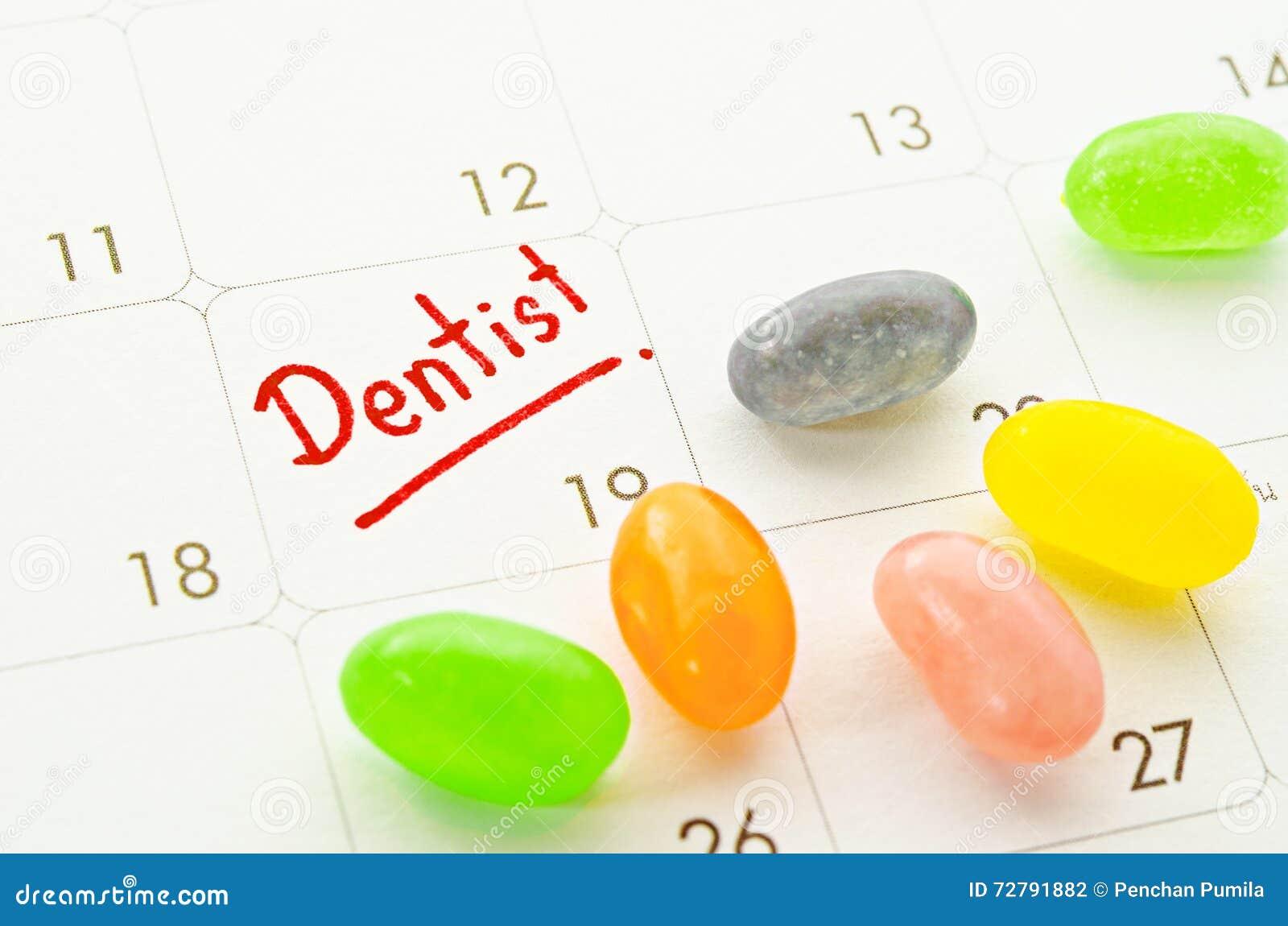 Palavra do dentista no calendário com doces coloridos