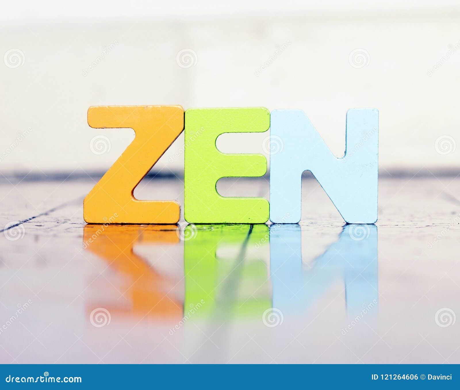 A palavra ZEN com letras de madeira em um assoalho de madeira